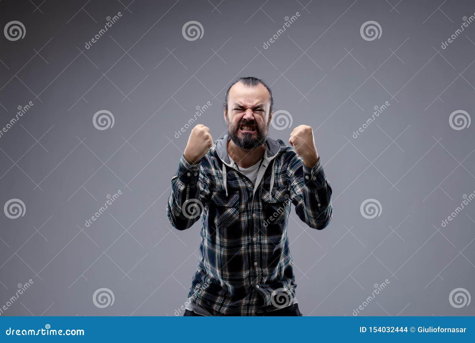 Hombre en una rabia gnashing sus dientes
