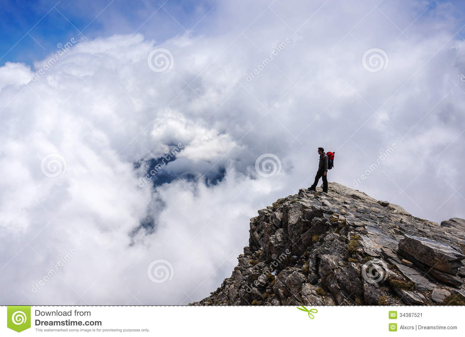Hombre encima de la montaña