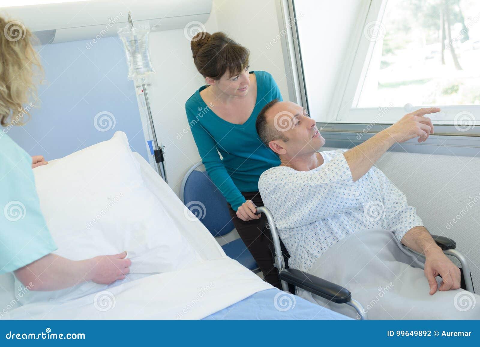 Fuera En De Hombre Silla Hospital La Señala Enfermo Ruedas Que hsQtrd