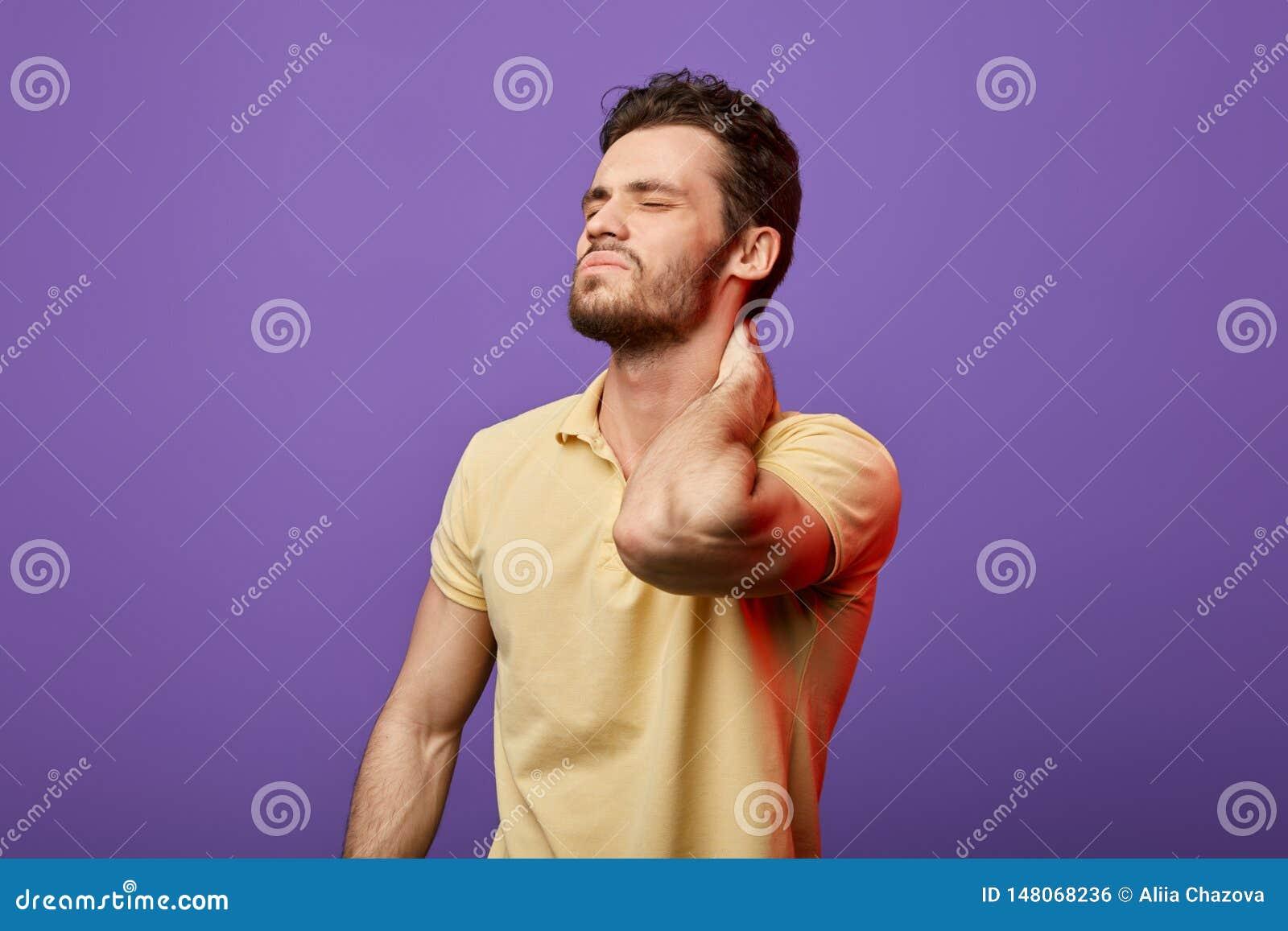 Hombre enfermo que se sostiene el cuello, individuo con lesión del músculo, teniendo dolor en su cuello