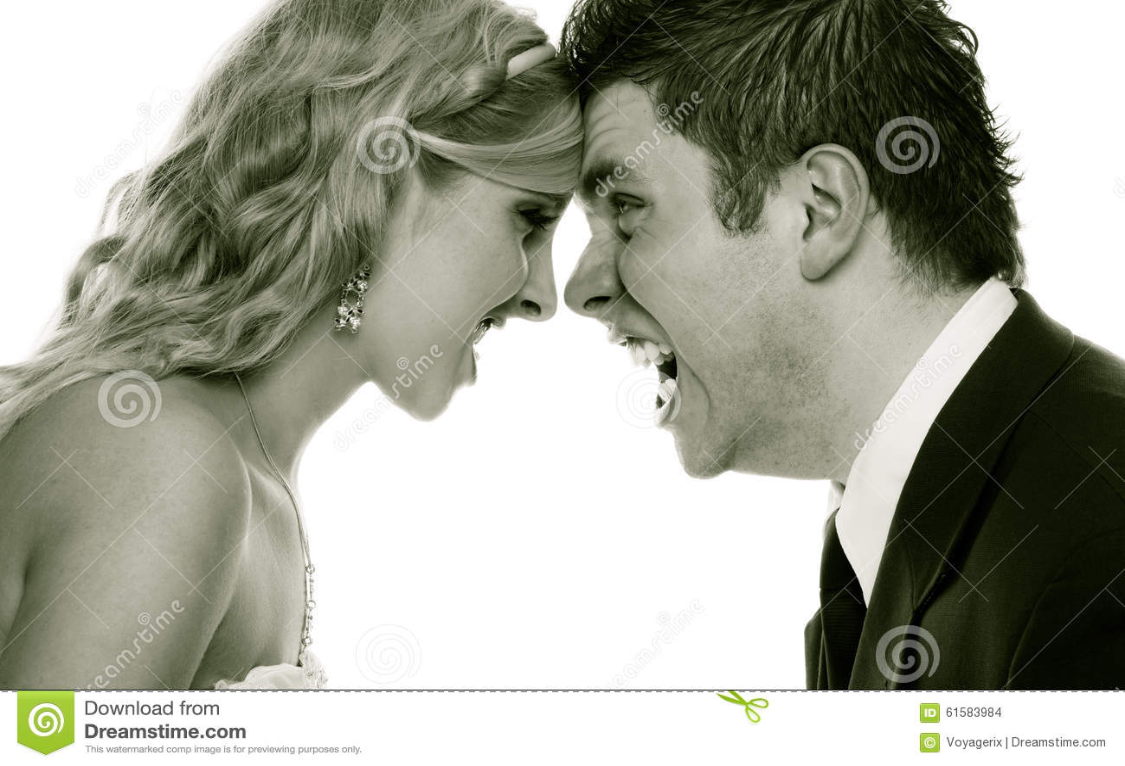 Hombre enojado de la mujer que grita en uno a Novio de la novia de la furia