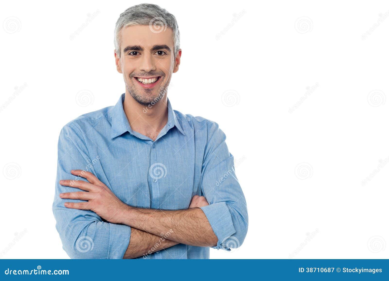 Hombre envejecido centro sonriente aislado en blanco