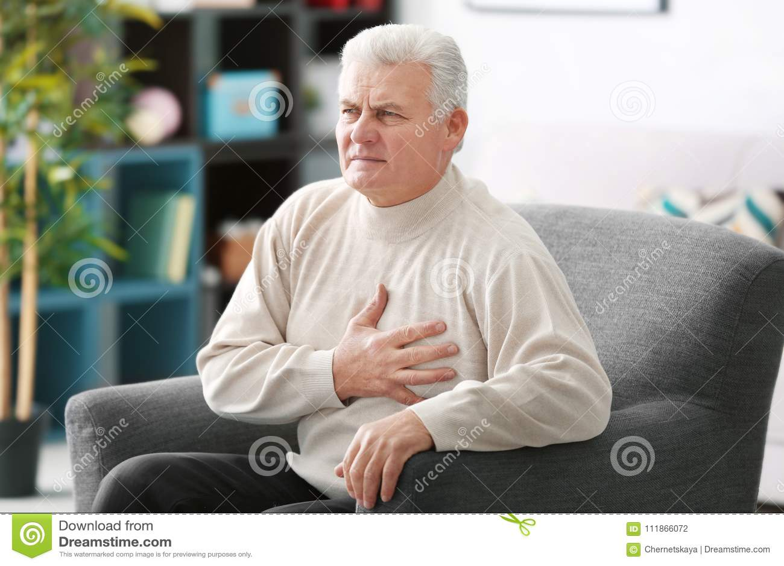 Hombre envejecido que tiene dolor del corazón