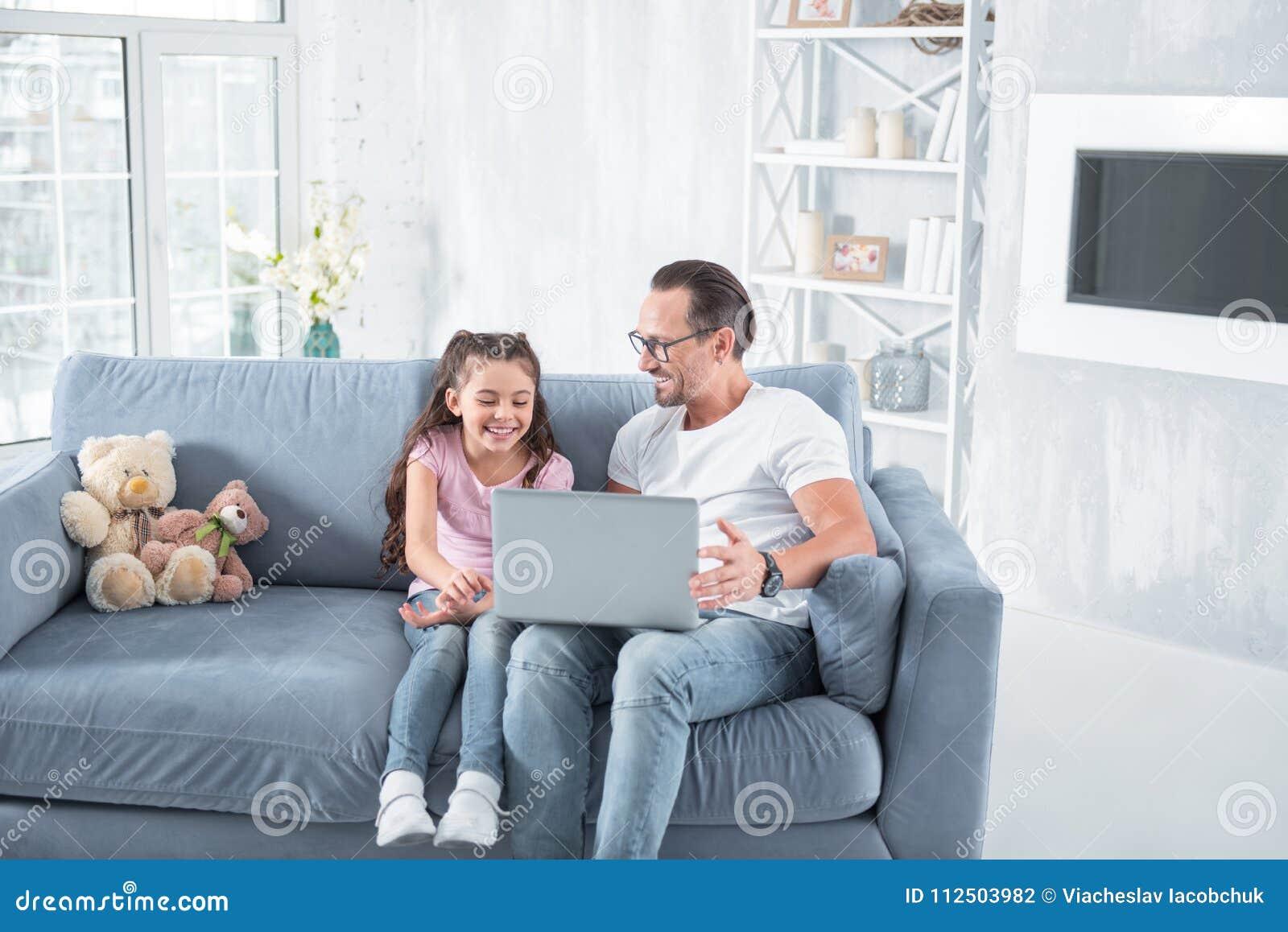 Hombre feliz alegre que habla con su hija