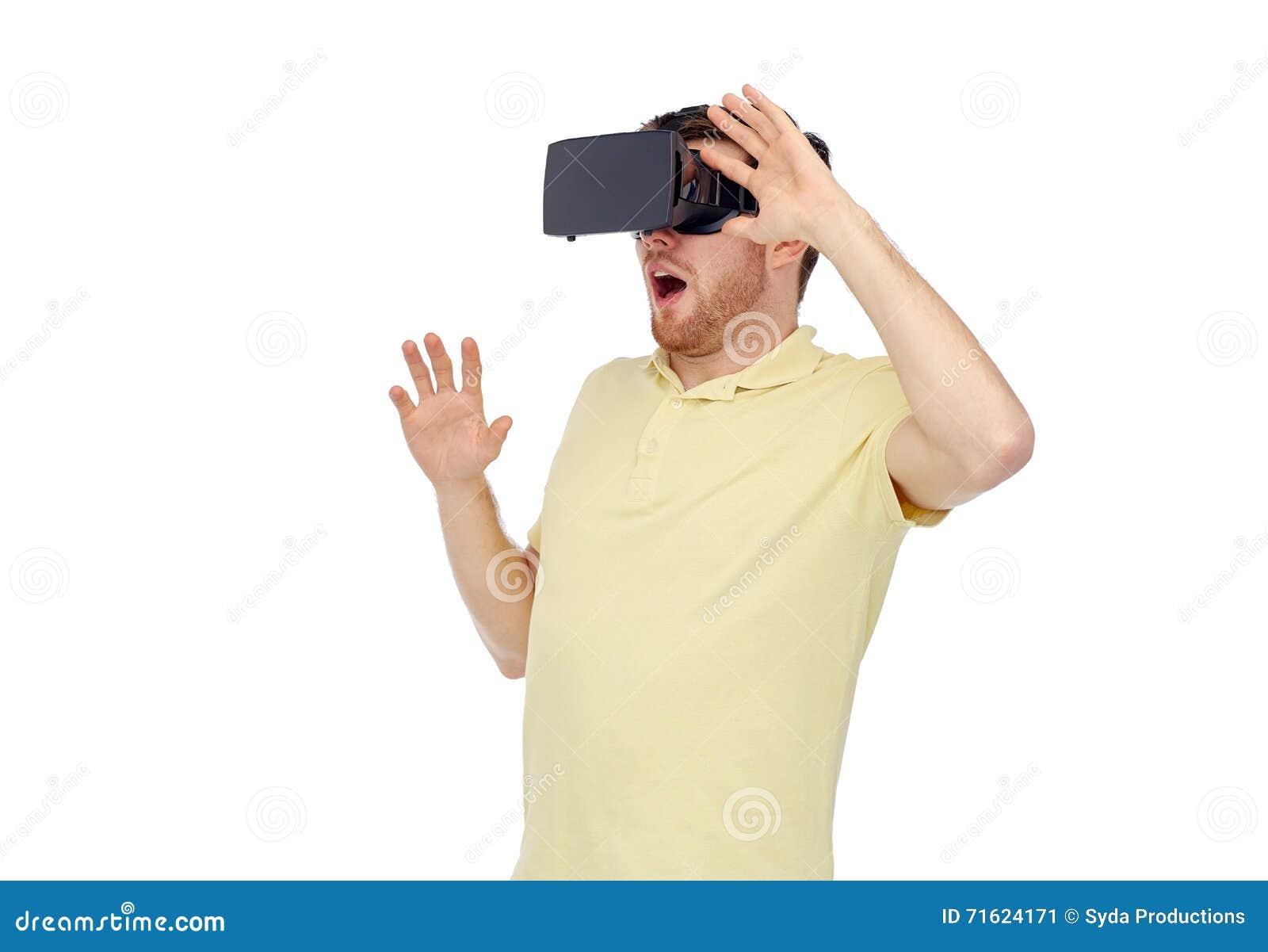 Hombre feliz en auriculares de la realidad virtual o los vidrios 3d