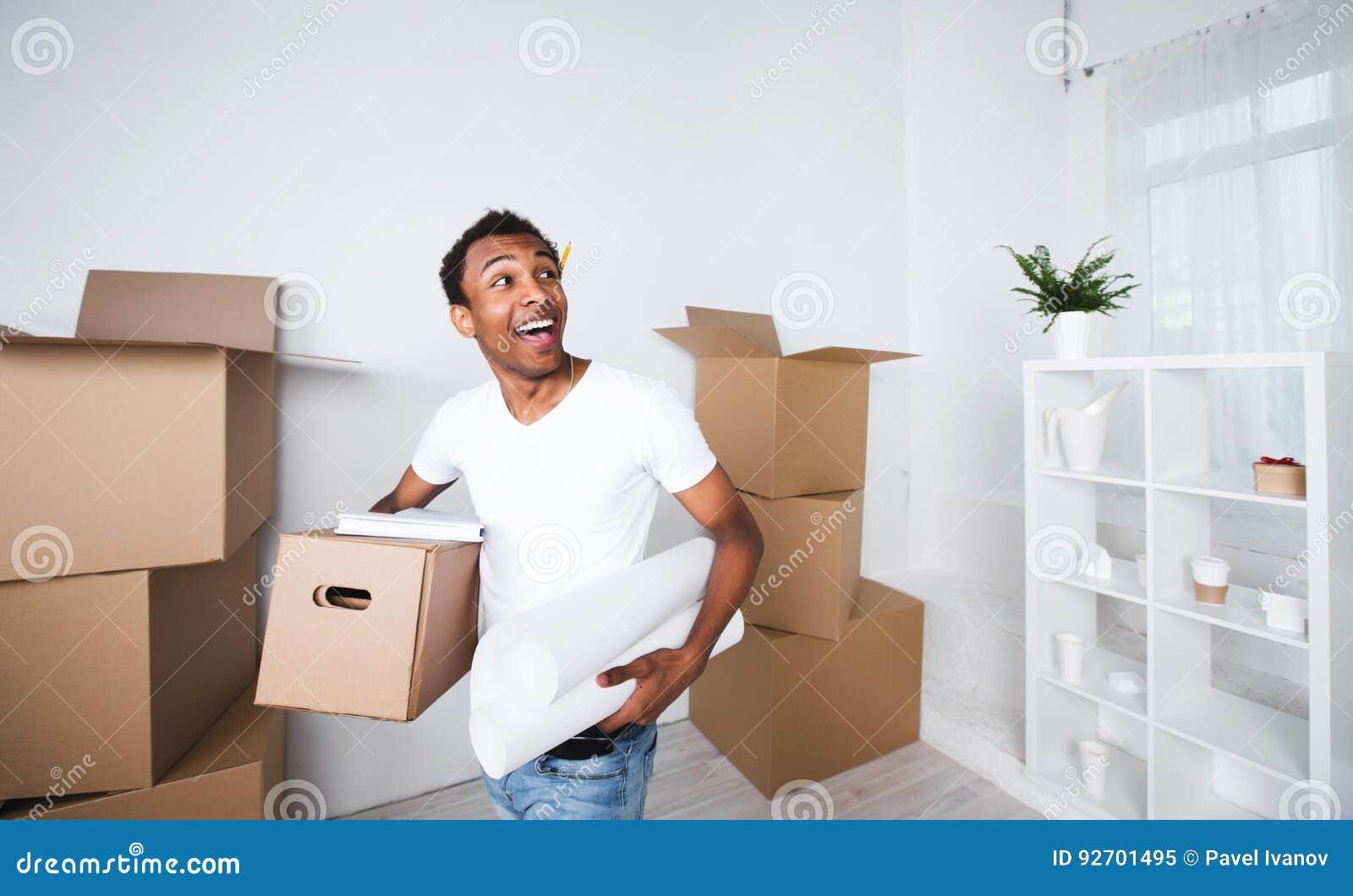 Hombre feliz en una nueva casa Piense hacia fuera el interior