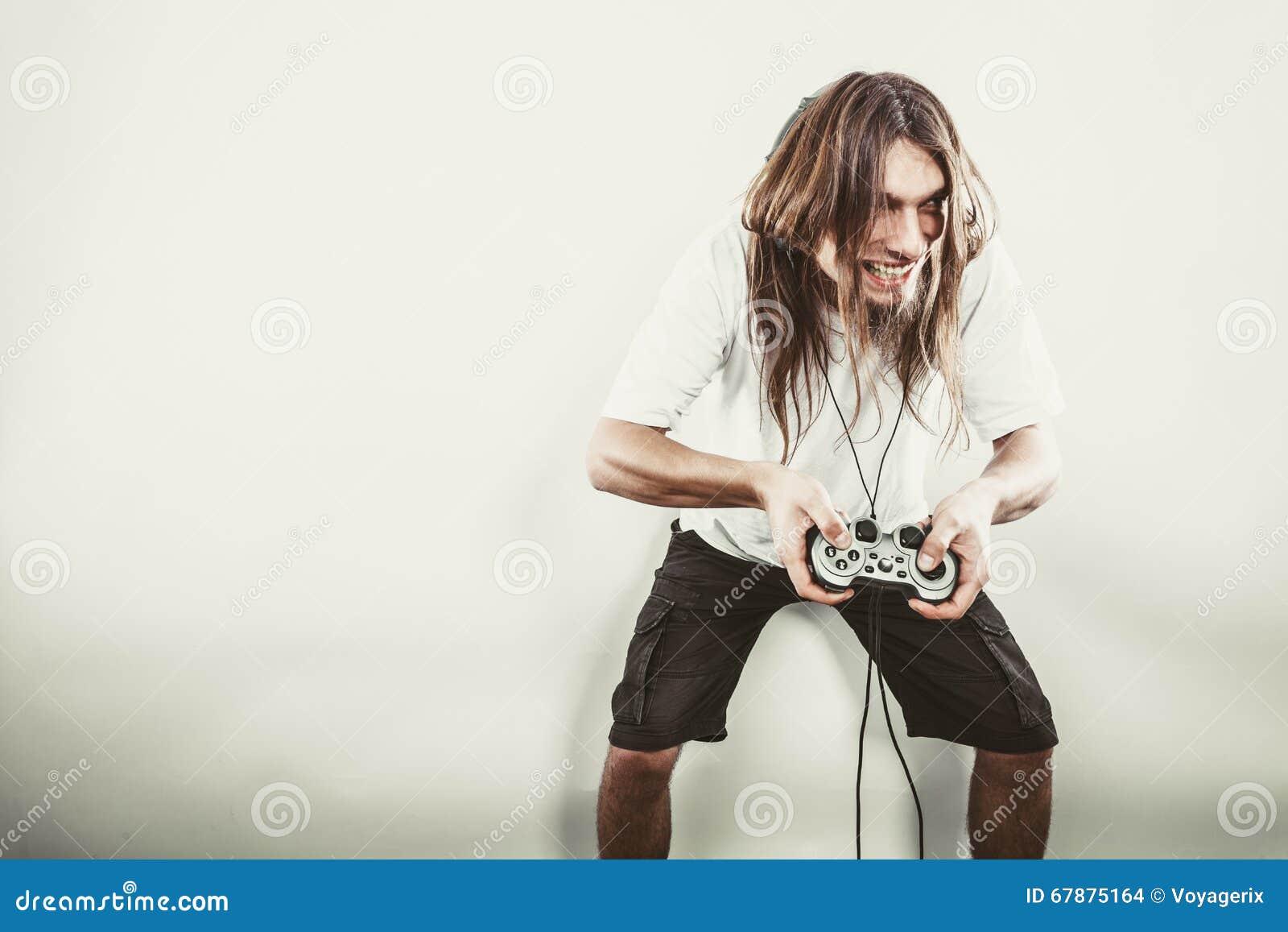 Hombre feliz que juega a juegos