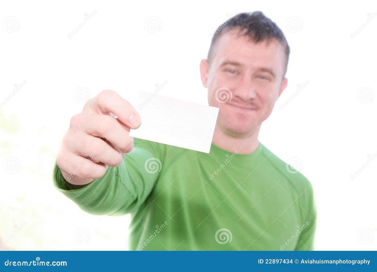Hombre feliz que sostiene la tarjeta en blanco
