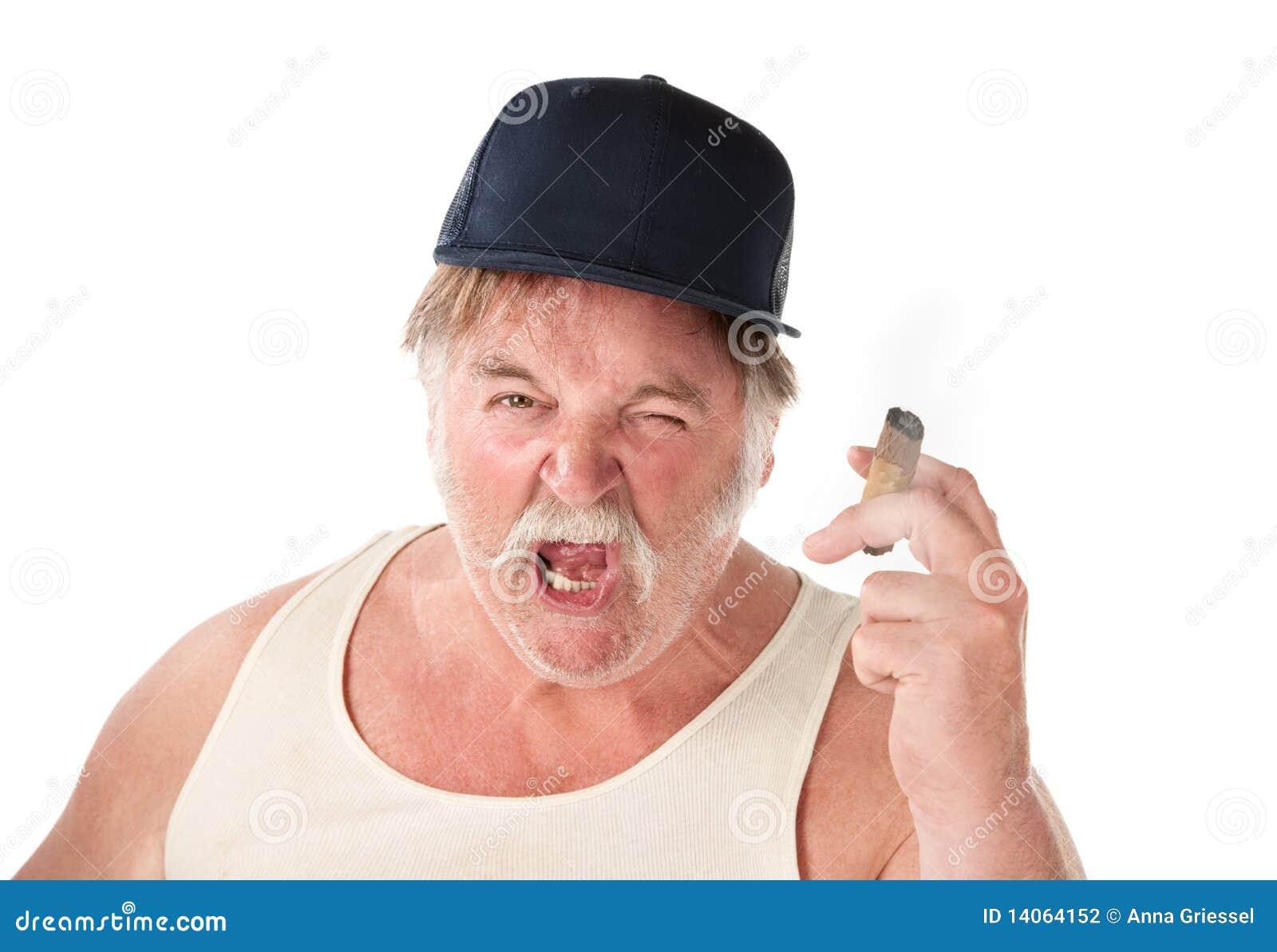 Hombre grande enojado