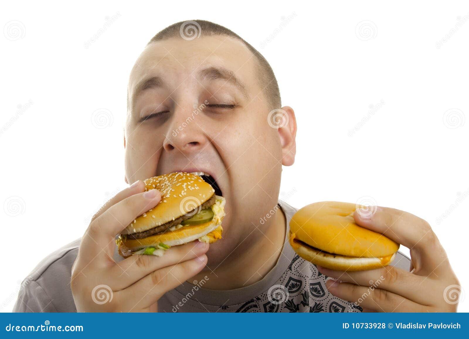 Hombre hambriento con la hamburguesa.