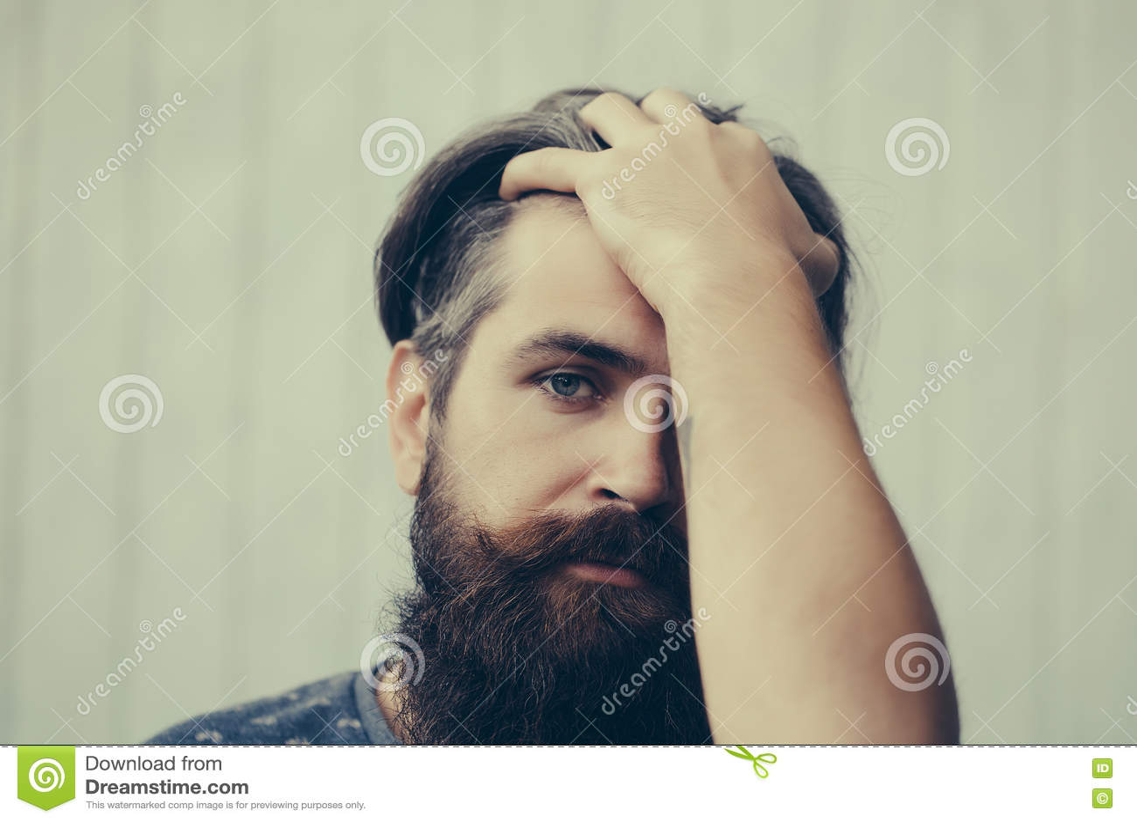 Hombre hermoso con la barba larga