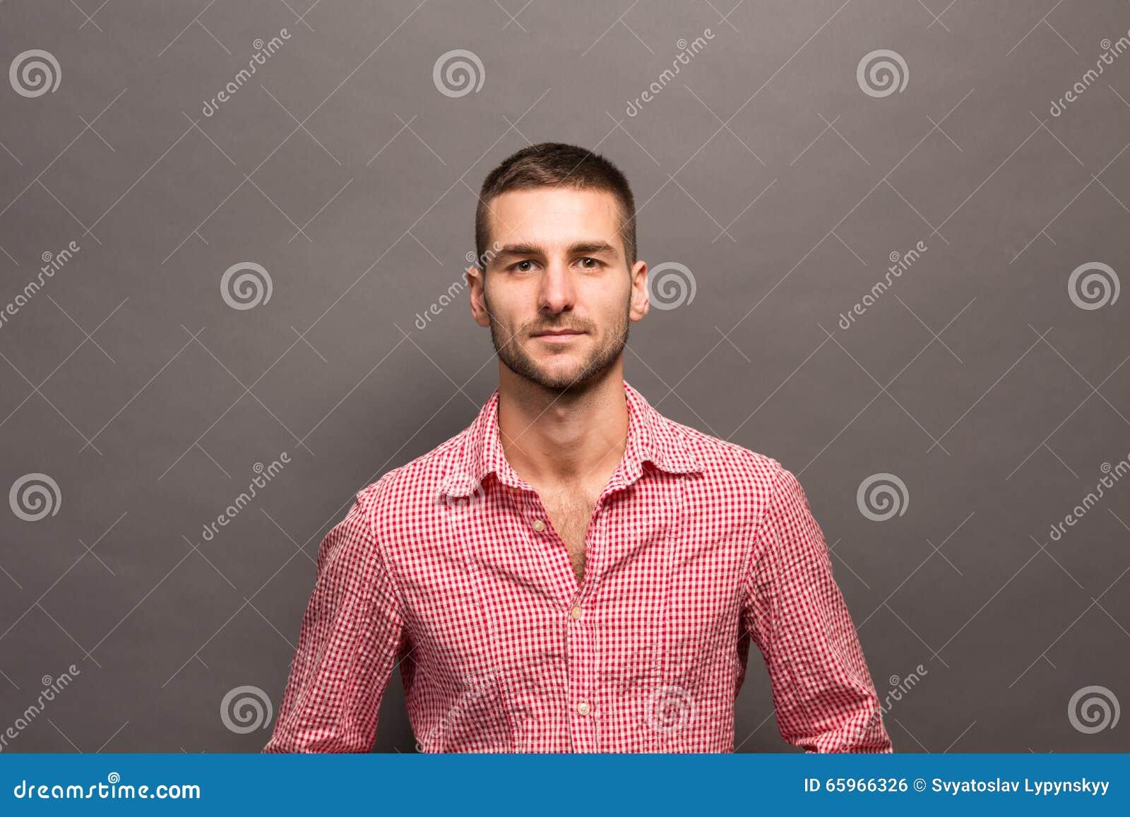 Hombre hermoso en estudio