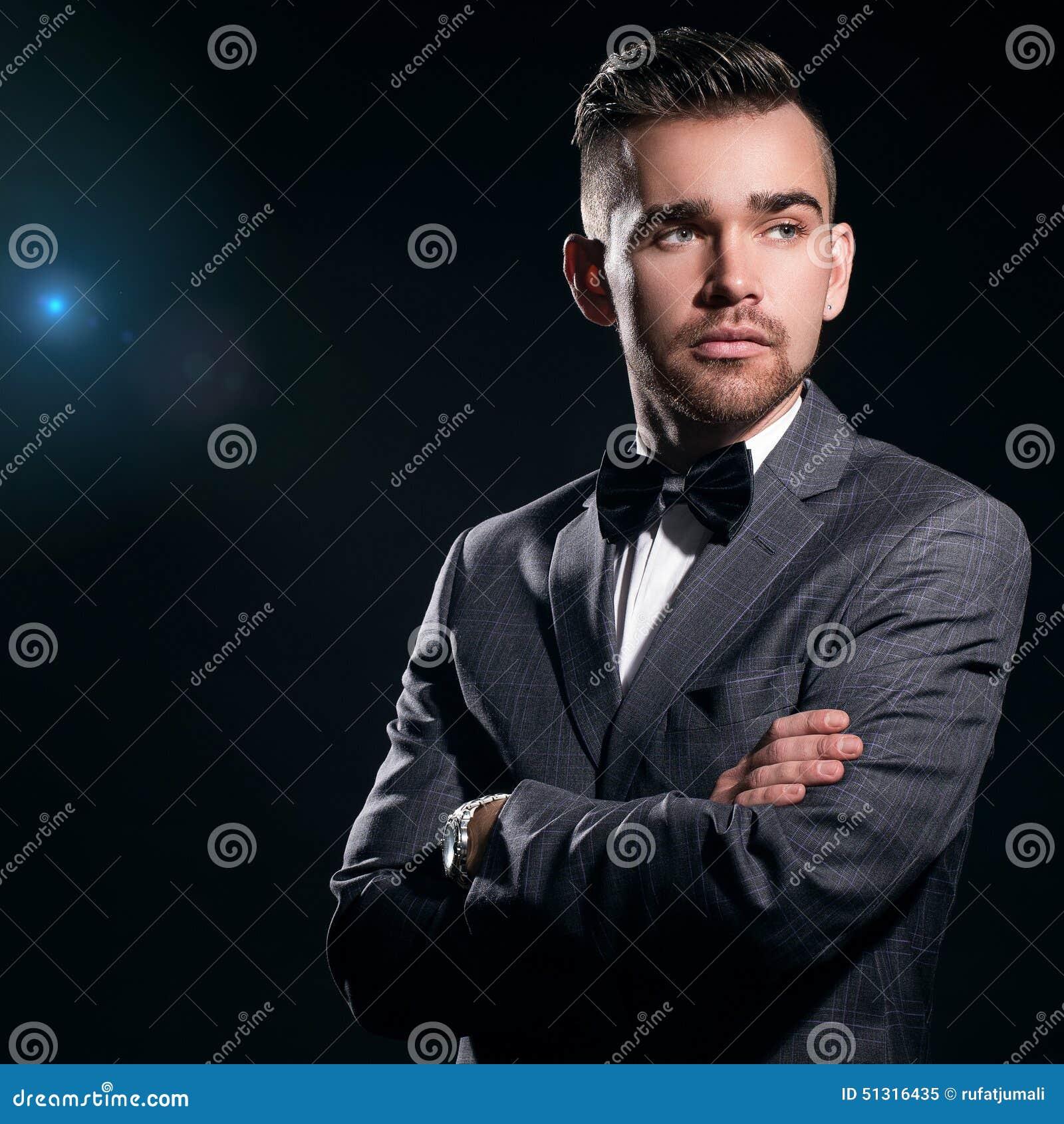 Hombre hermoso en un juego