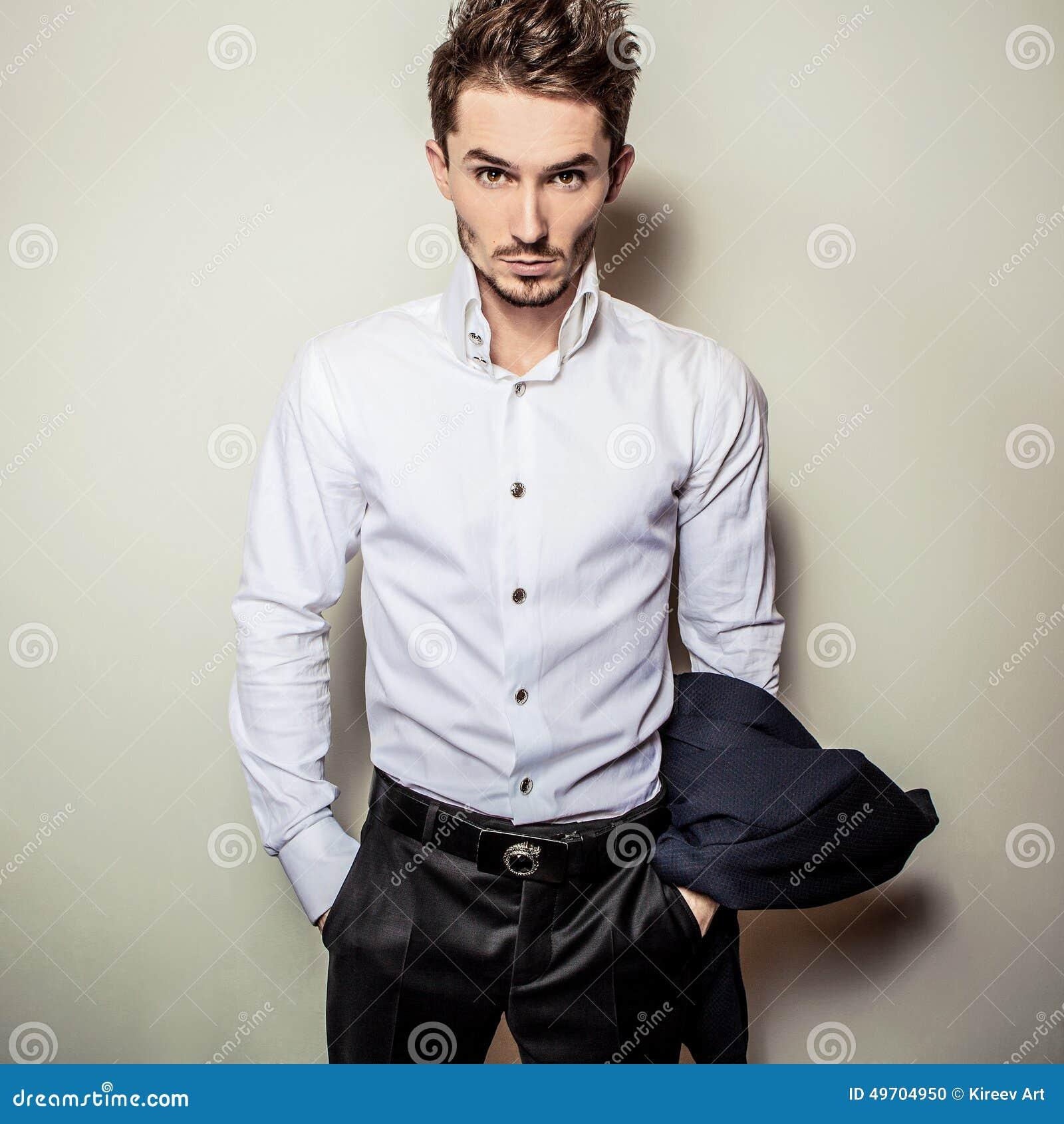 be91ed43764f Hombre Hermoso Joven Elegante En La Camisa Blanca Retrato De La Moda ...