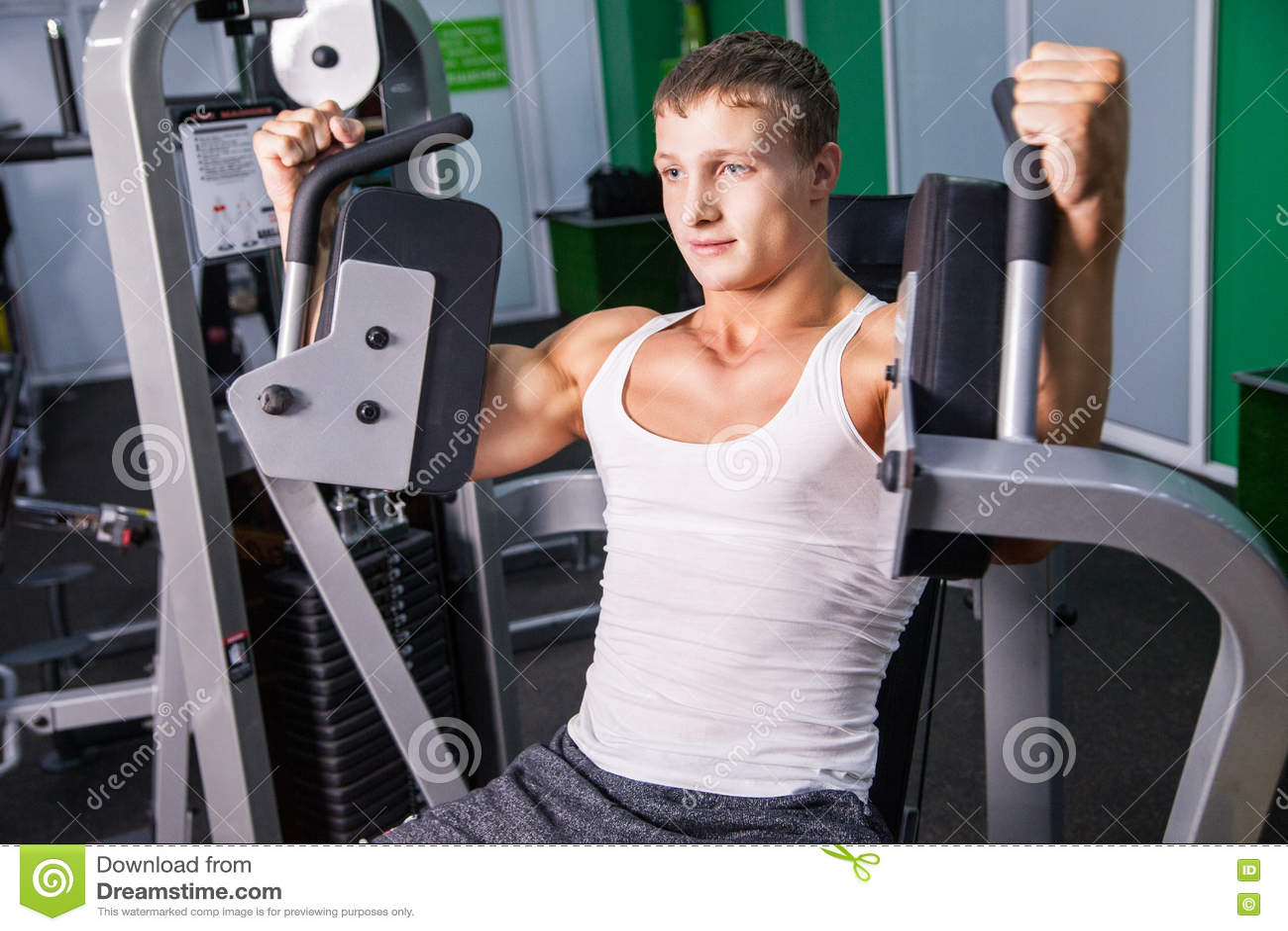 Hombre hermoso que hace ejercicio del pecho