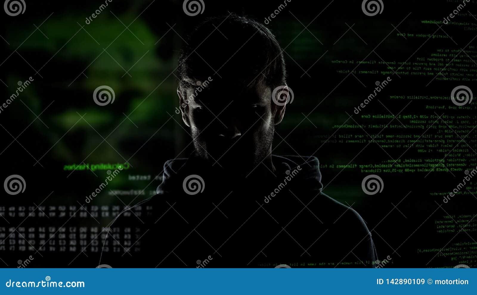 Hombre incógnito joven, pirata informático de Internet con números y código, amenaza de la ciberdelincuencia