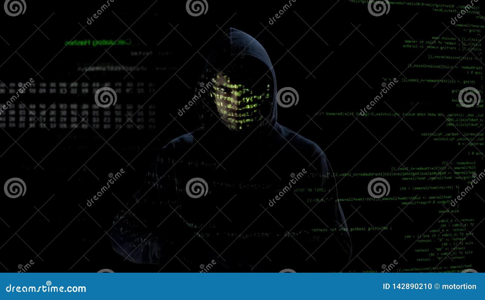 Hombre incógnito que mira los códigos y los números en la pantalla, ataque del pirata informático, crimen cibernético