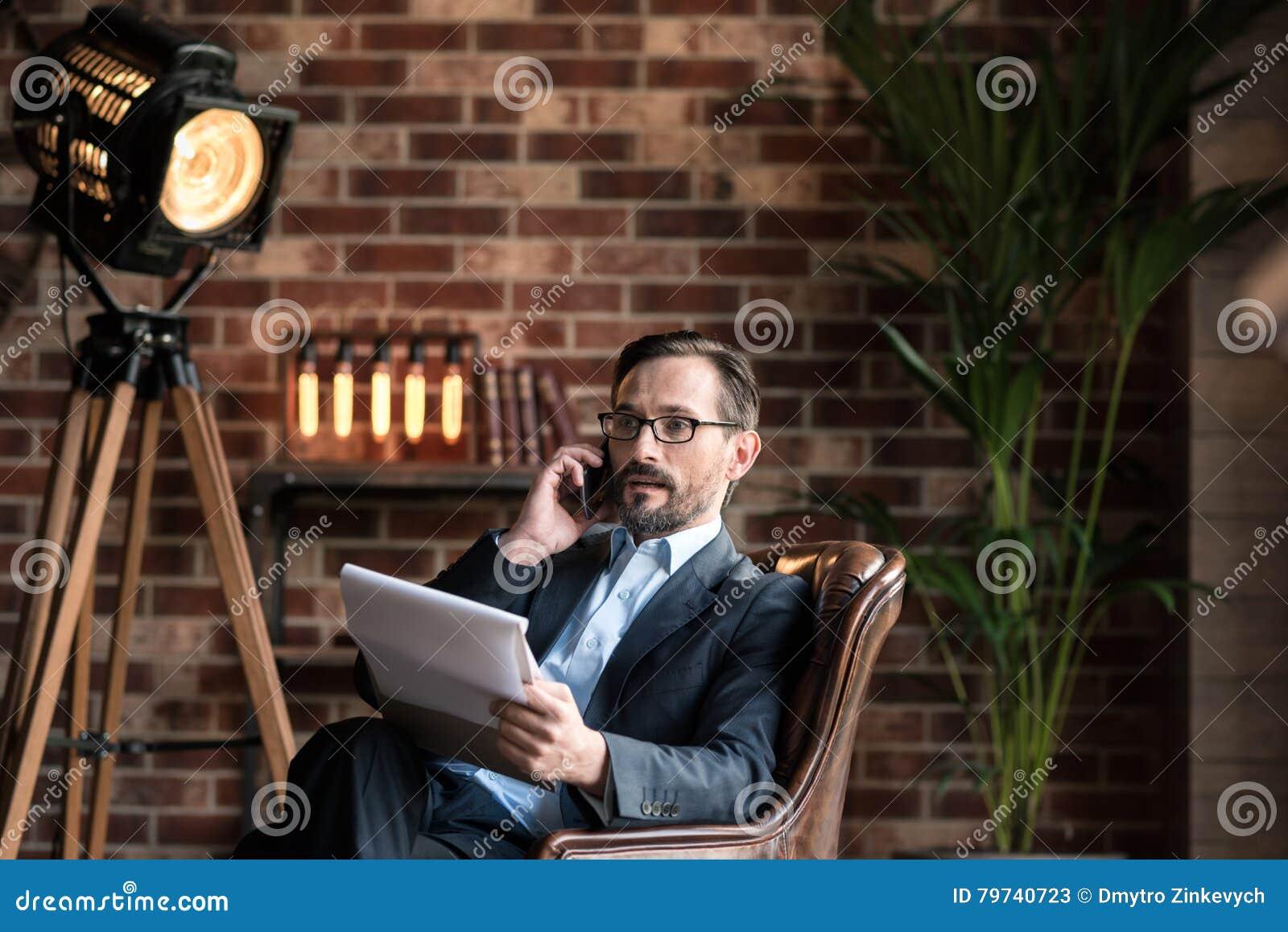 Hombre independiente hermoso que discute problemas de negocio