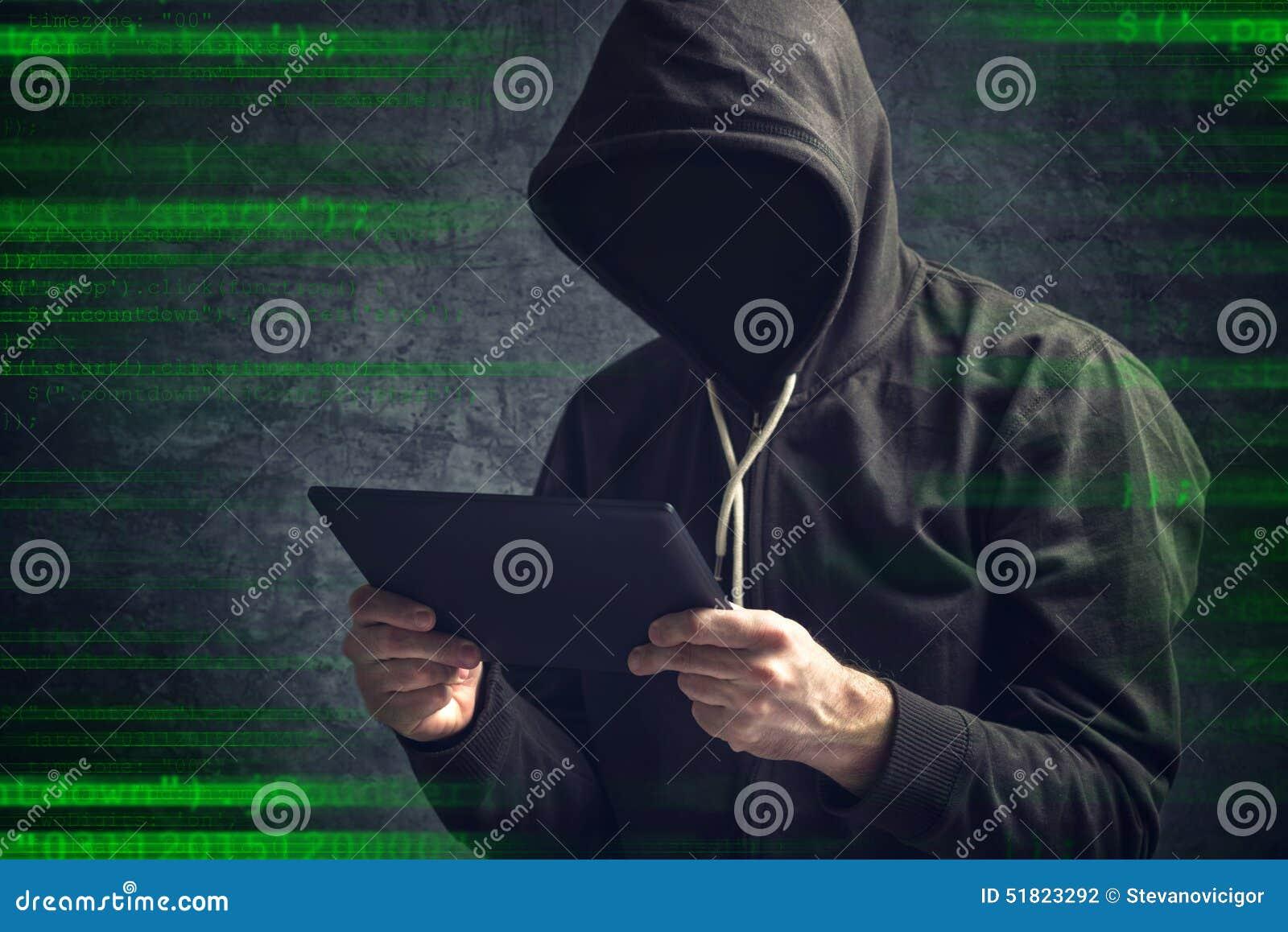 Hombre irreconocible anónimo con la tableta digital