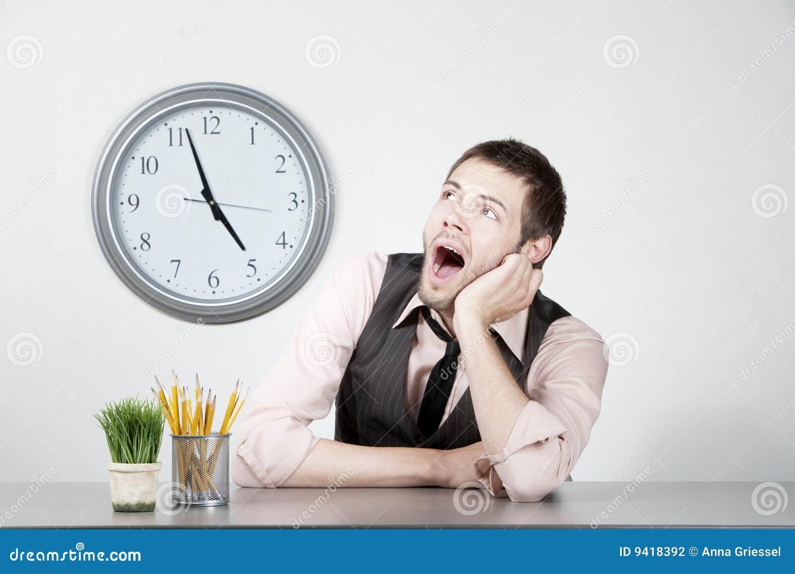 Hombre joven aburrido en el trabajo