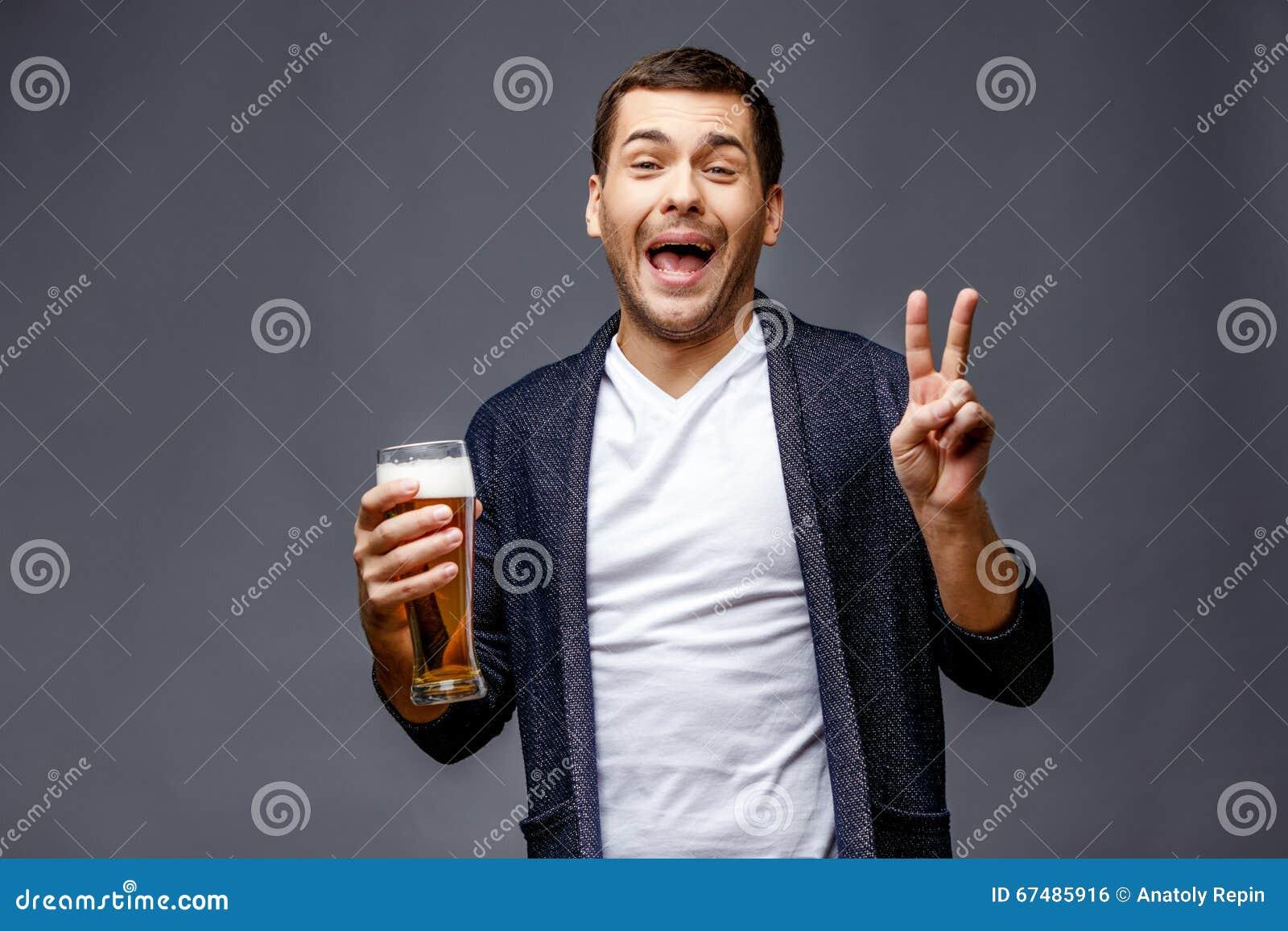 Hombre joven alegre en ropa de sport elegante