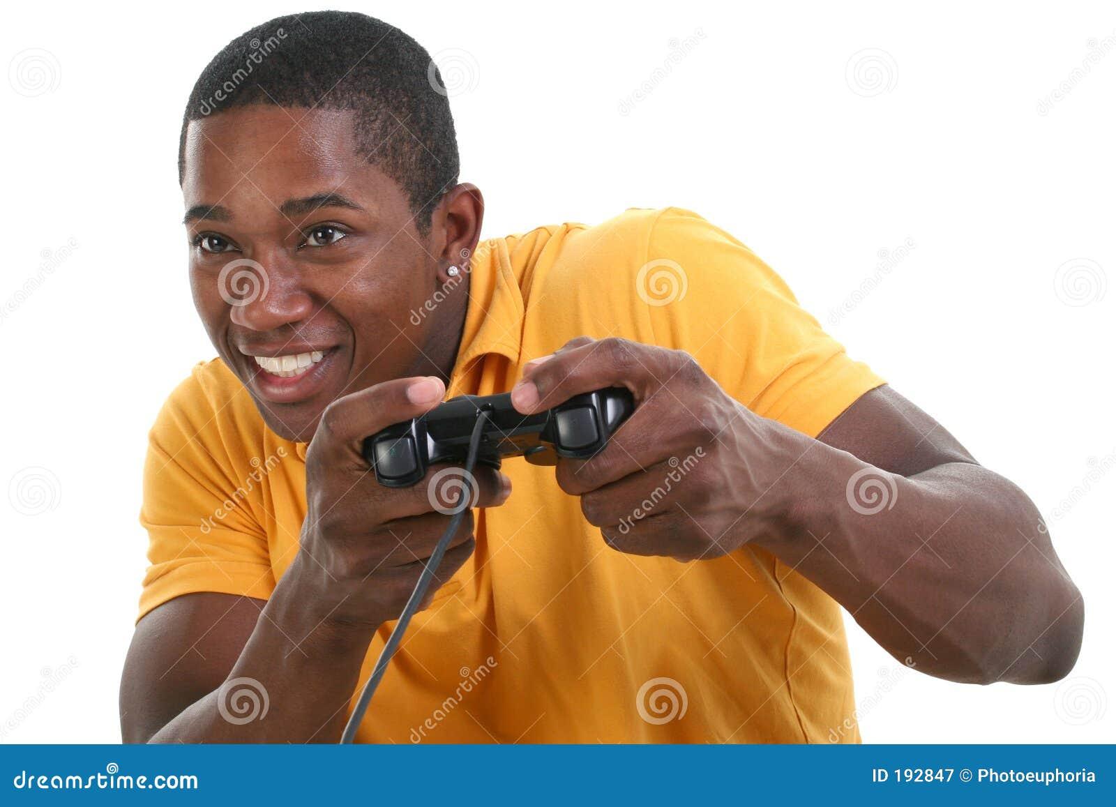 Hombre joven atractivo con la pista del control del juego video