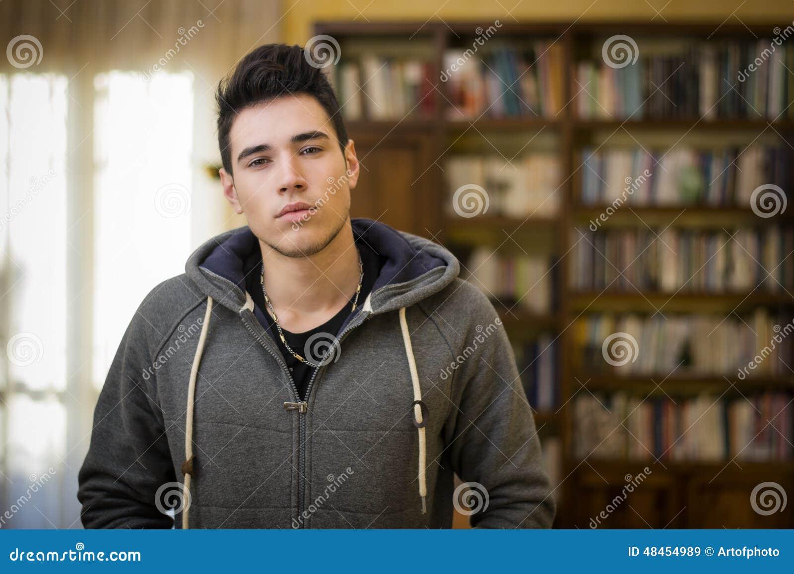 757beee85 Hombre Joven Atractivo En Casa Delante Del Estante Para Libros ...