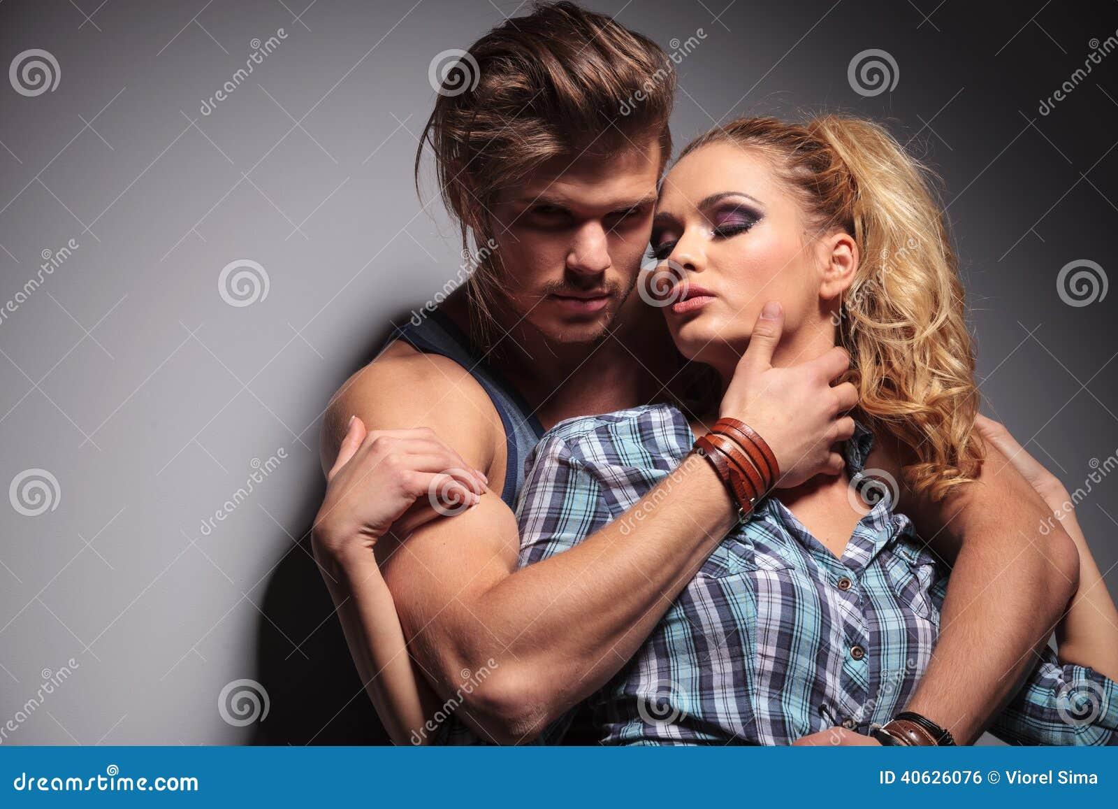 Hombre joven atractivo que abraza a su amante