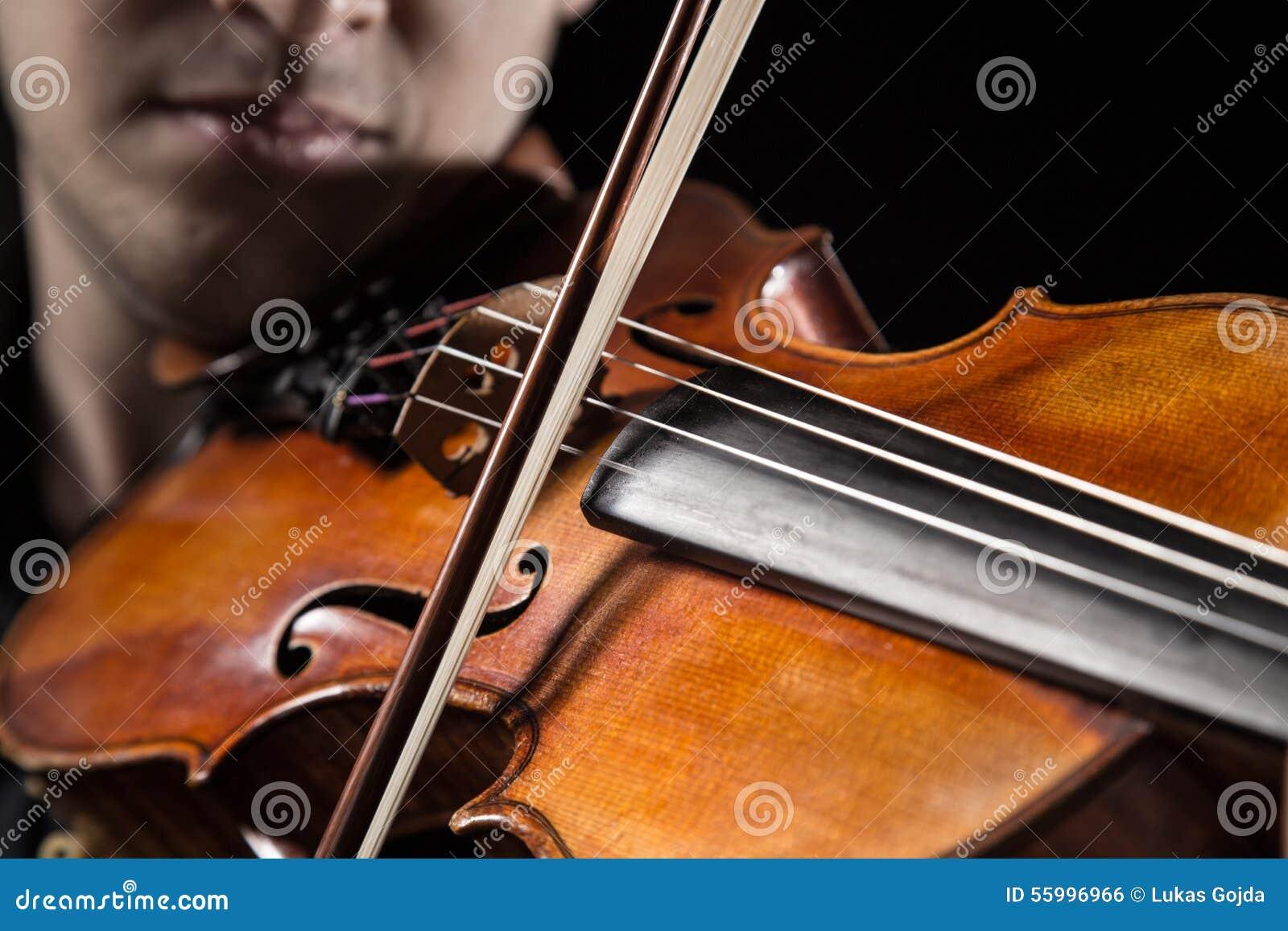 Hombre joven con el violín