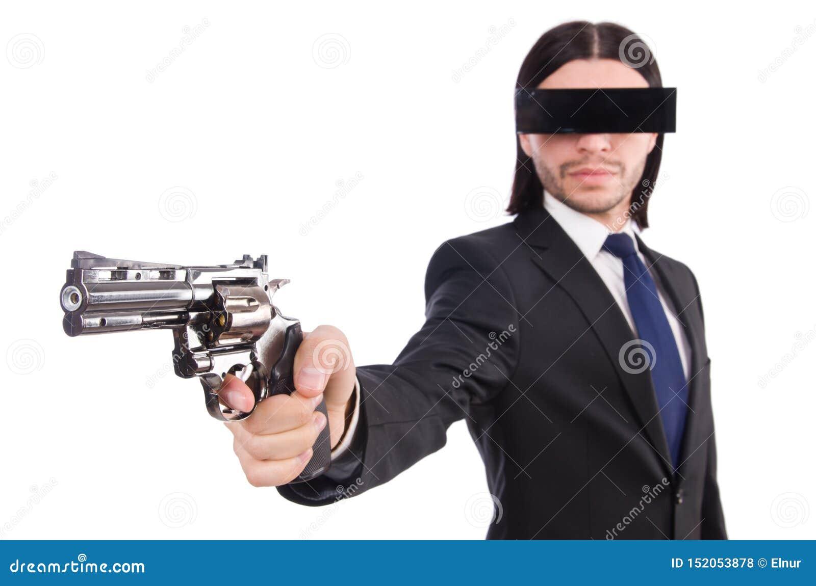 Hombre joven con la mascarilla negra en blanco