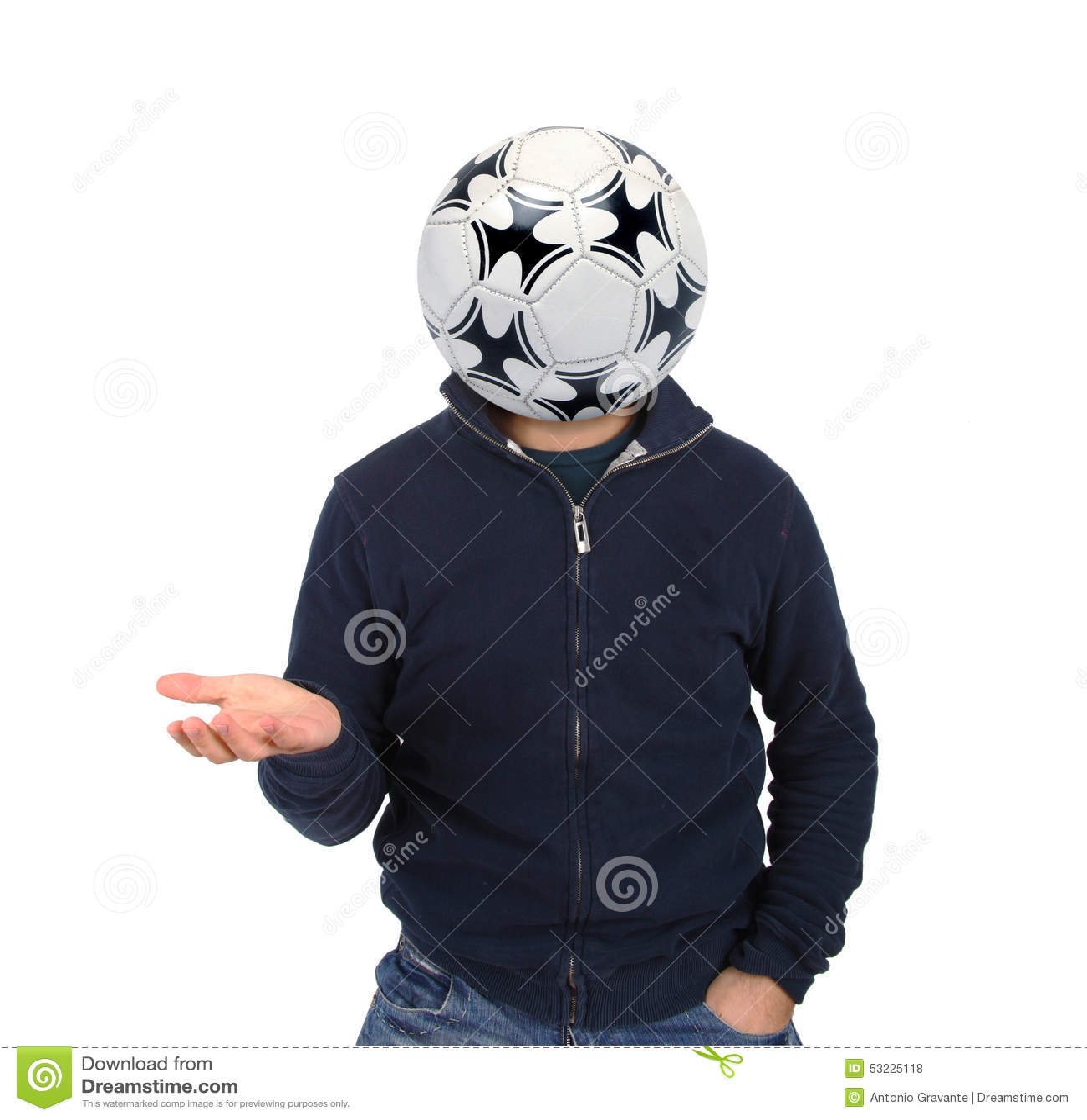 Hombre joven con un balón de fútbol en vez de la cabeza