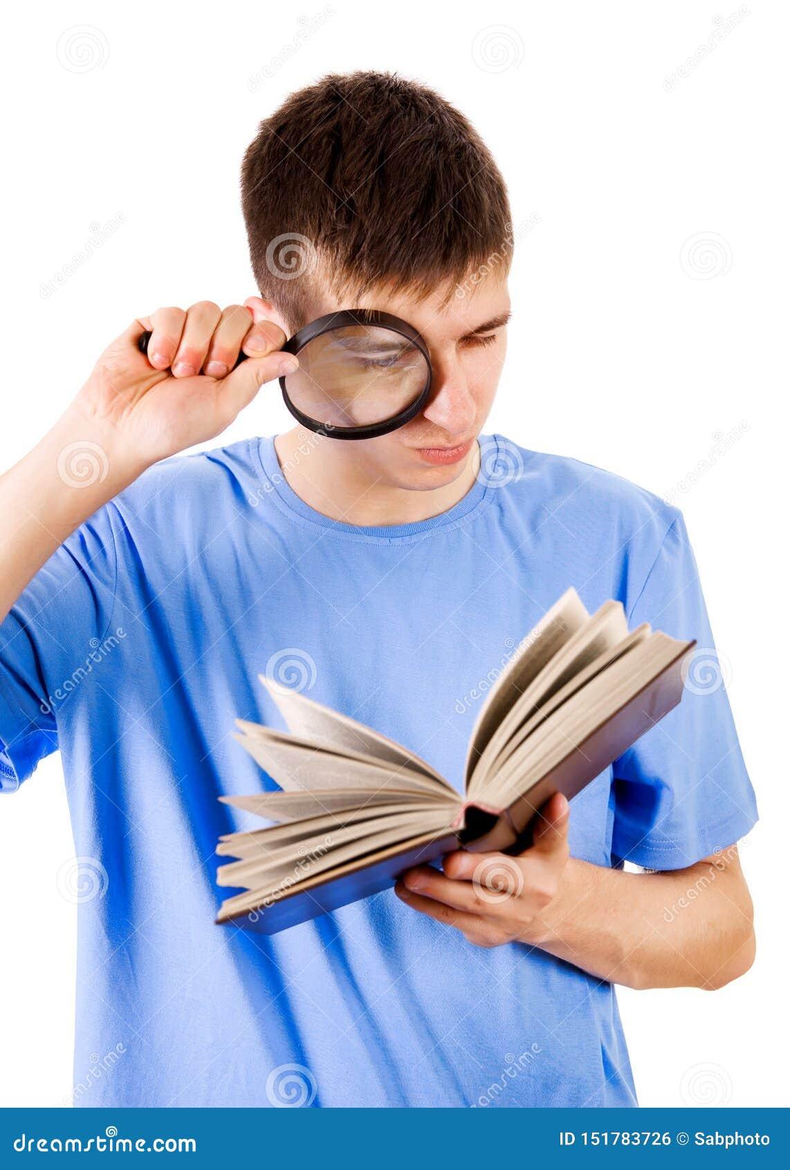 Hombre joven con un libro