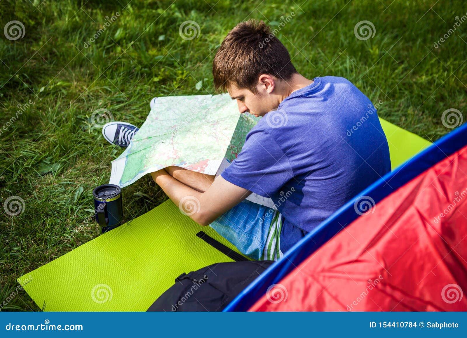 Hombre joven con un mapa