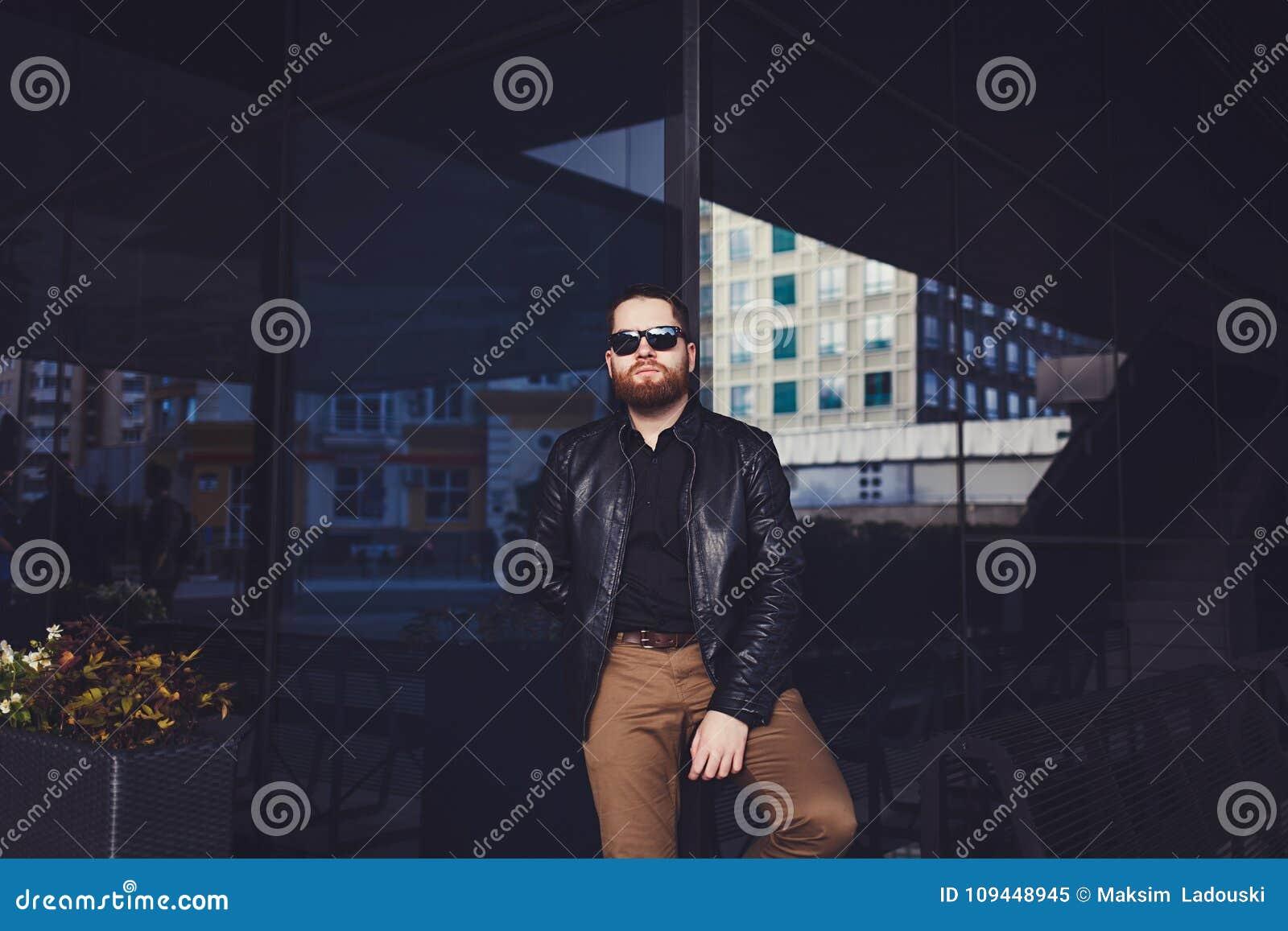 Hombre joven de la barba que presenta en la calle