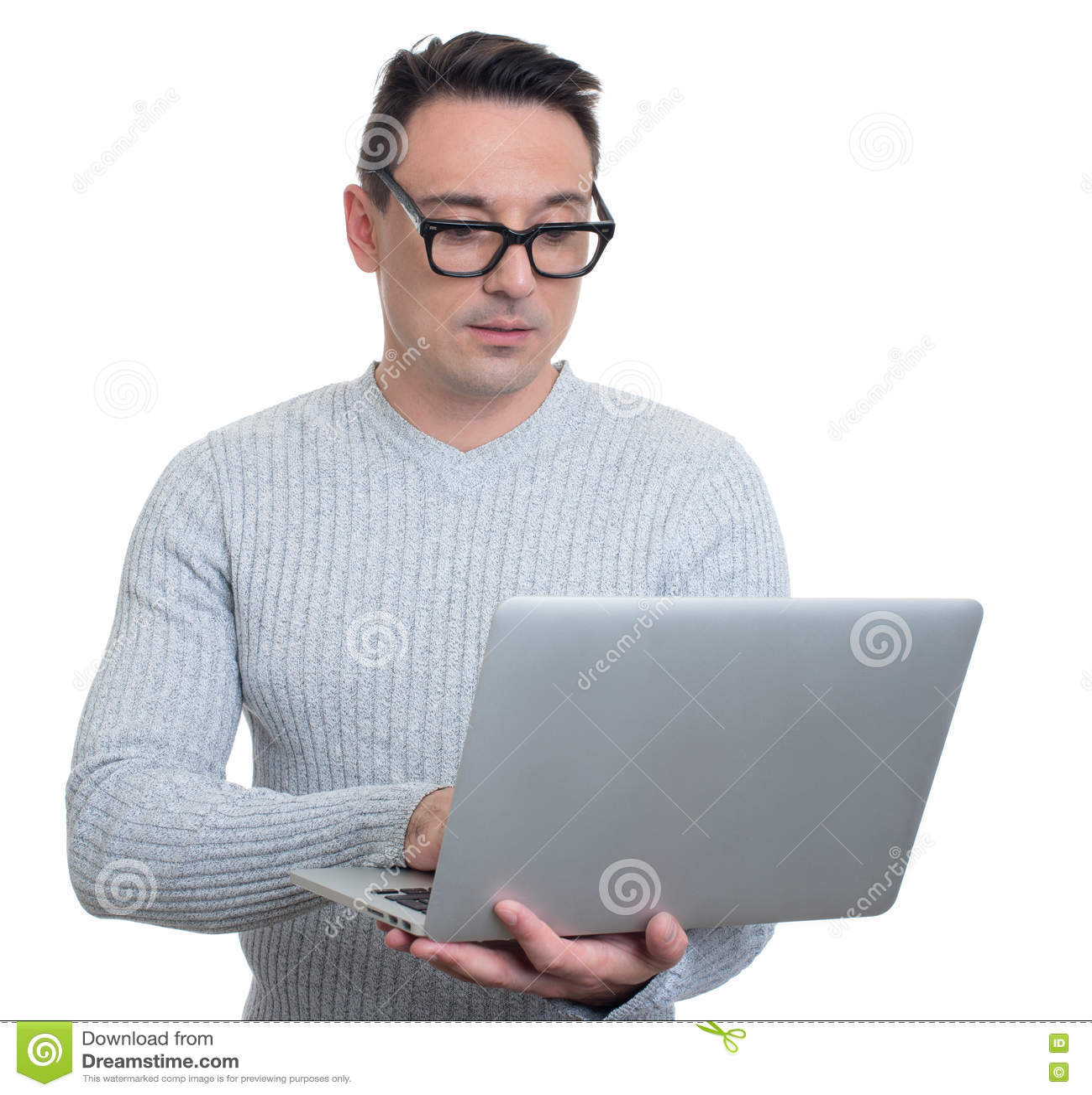 Hombre joven de moda con la computadora portátil Aislado