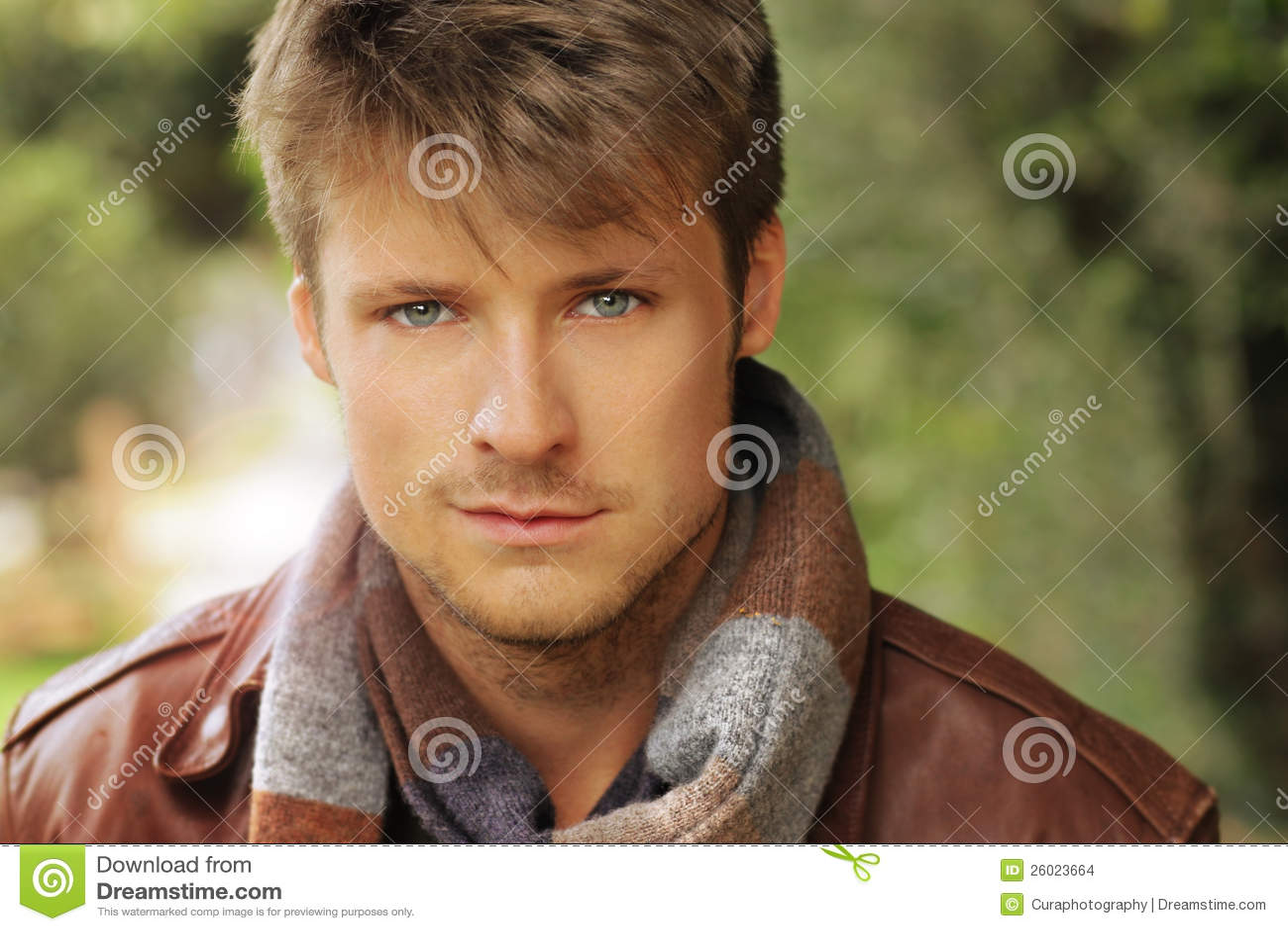 Hombre joven del otoño