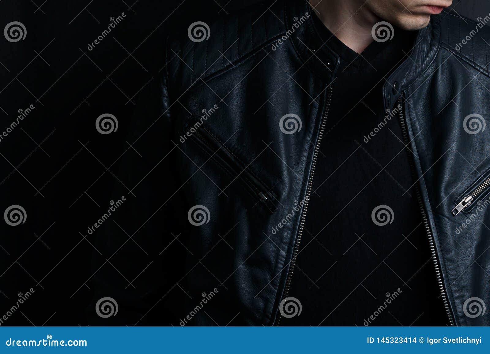 Hombre joven del primer en una chaqueta de cuero negra