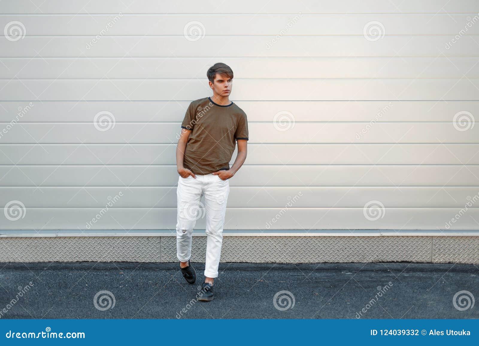 Hombre Joven Elegante Hermoso En Una Camiseta De La Moda Y Pantalones Blancos Foto De Archivo Imagen De Camiseta Blancos 124039332