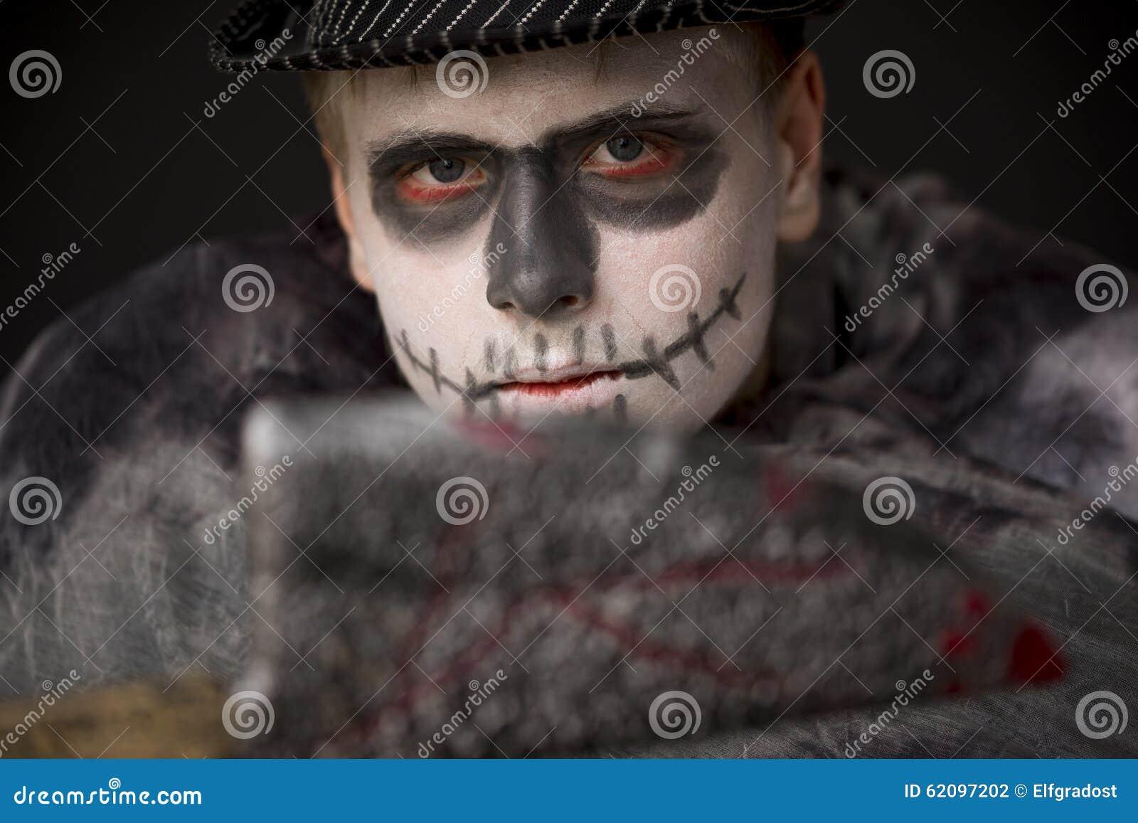 Hombre Joven En El Maquillaje Horrible De Halloween Foto De Archivo - Maquillaje-zombie-hombre