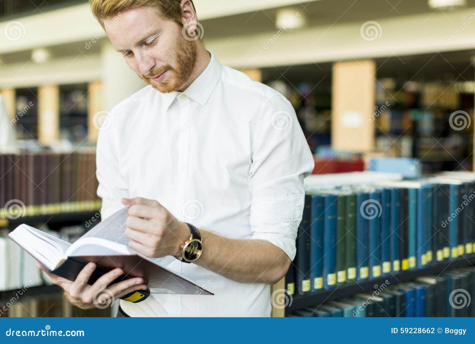 Download Hombre Joven En La Biblioteca Foto de archivo - Imagen de biblioteca, lectura: 59228662