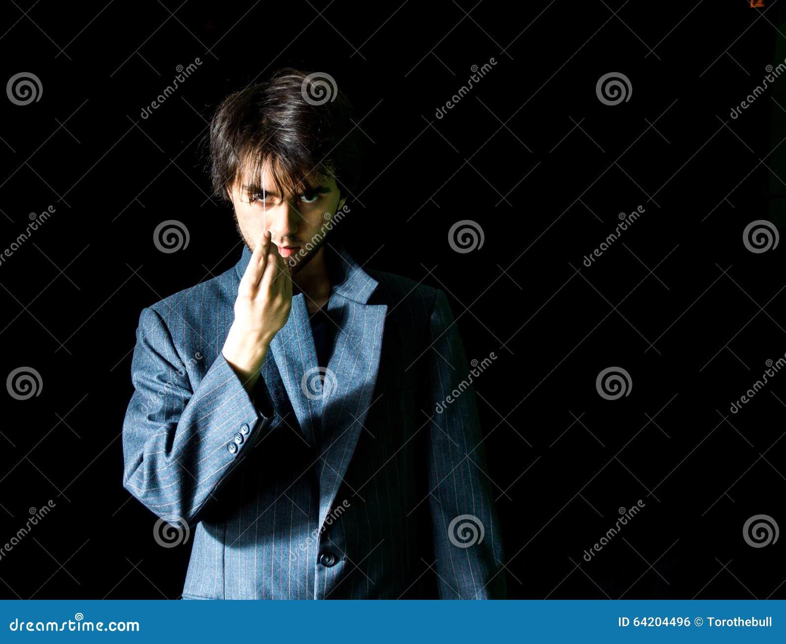 Hombre joven en la chaqueta del traje - dejada