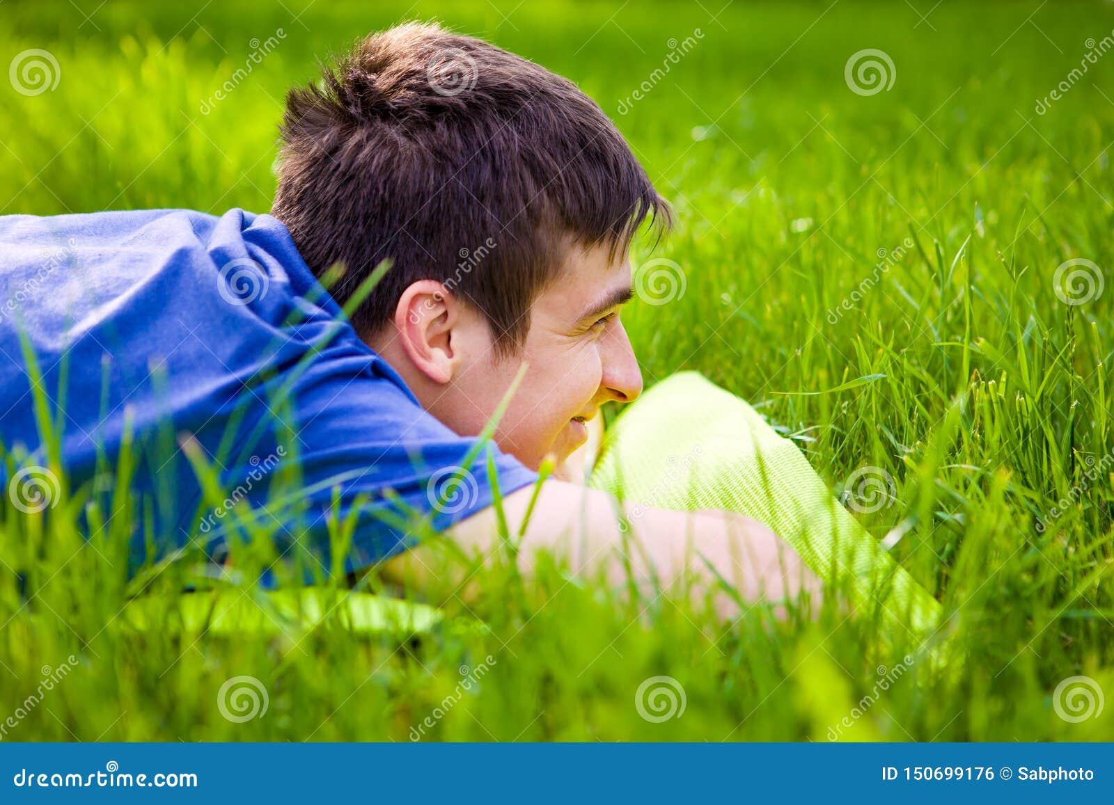Hombre joven en la hierba