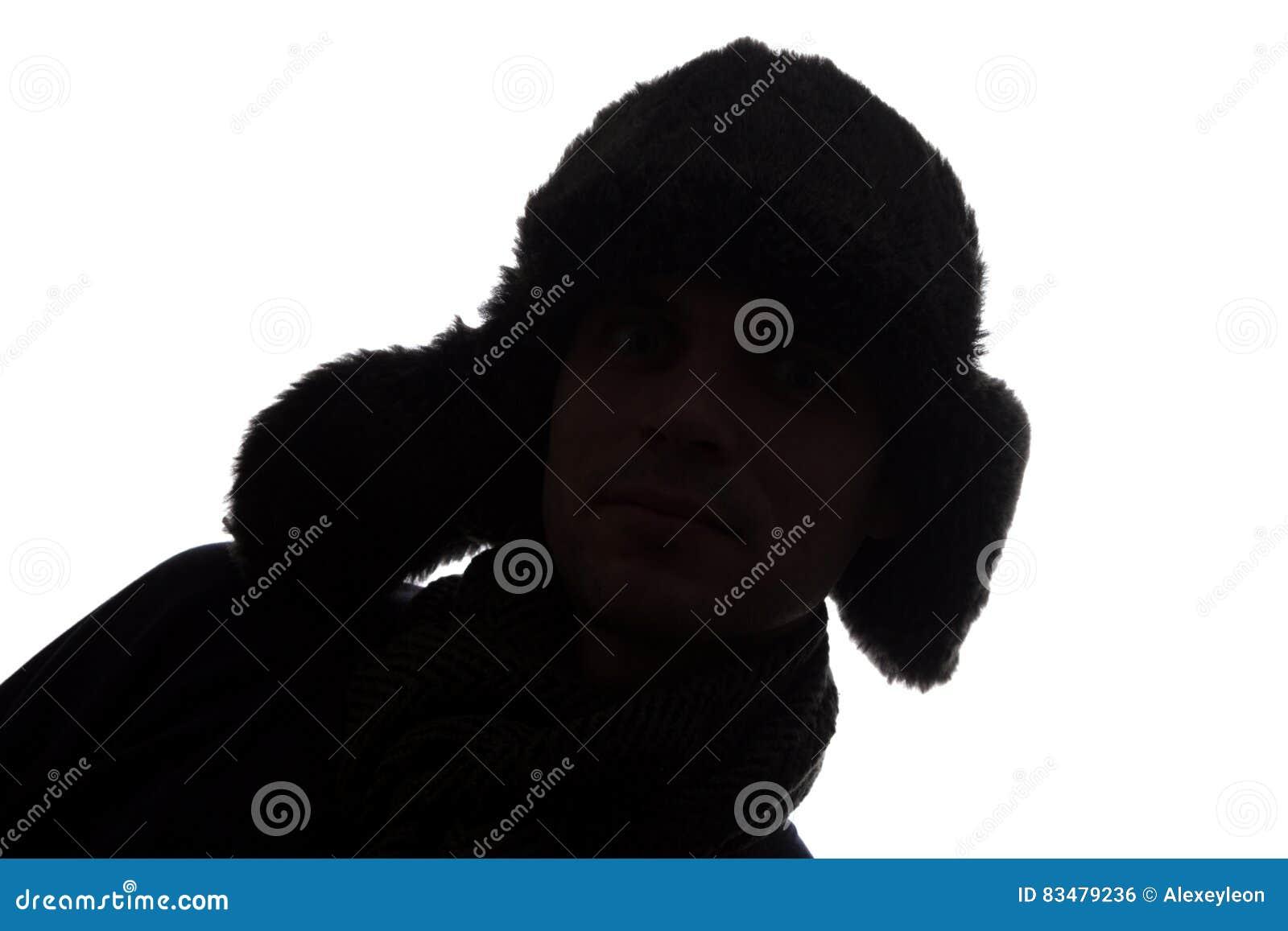Hombre joven en look ahead del sombrero - silueta horizontal