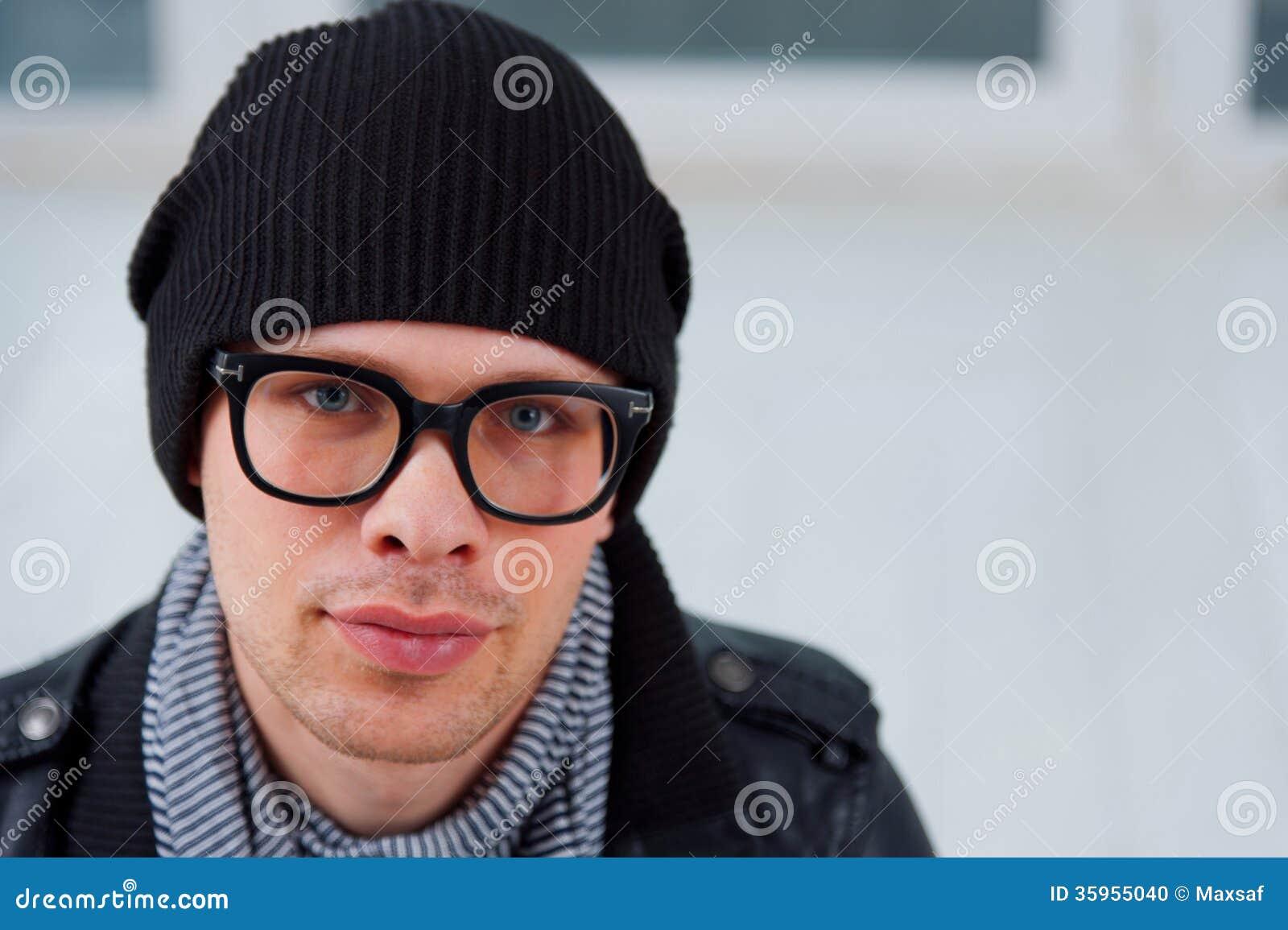 Hombre joven en ropa casual
