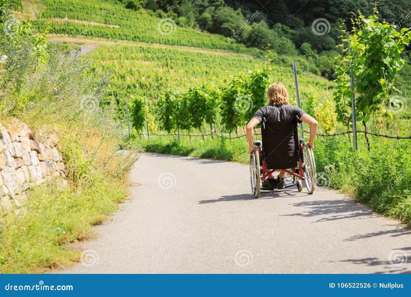 Hombre joven en sillón de ruedas