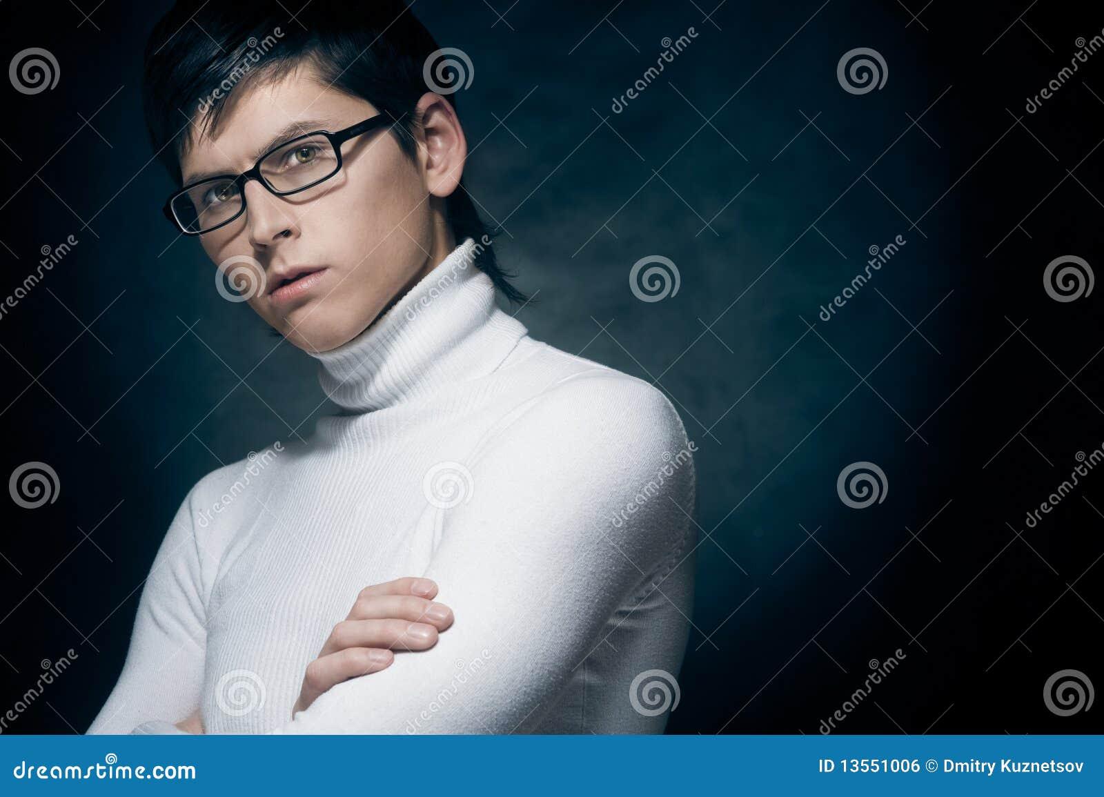 Hombre joven en vidrios