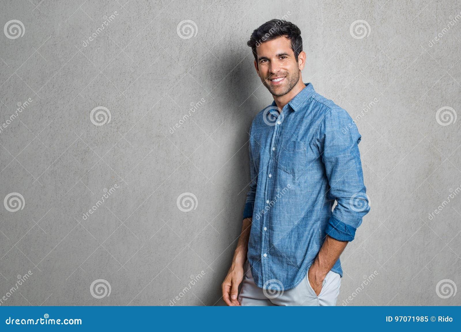 Hombre joven feliz