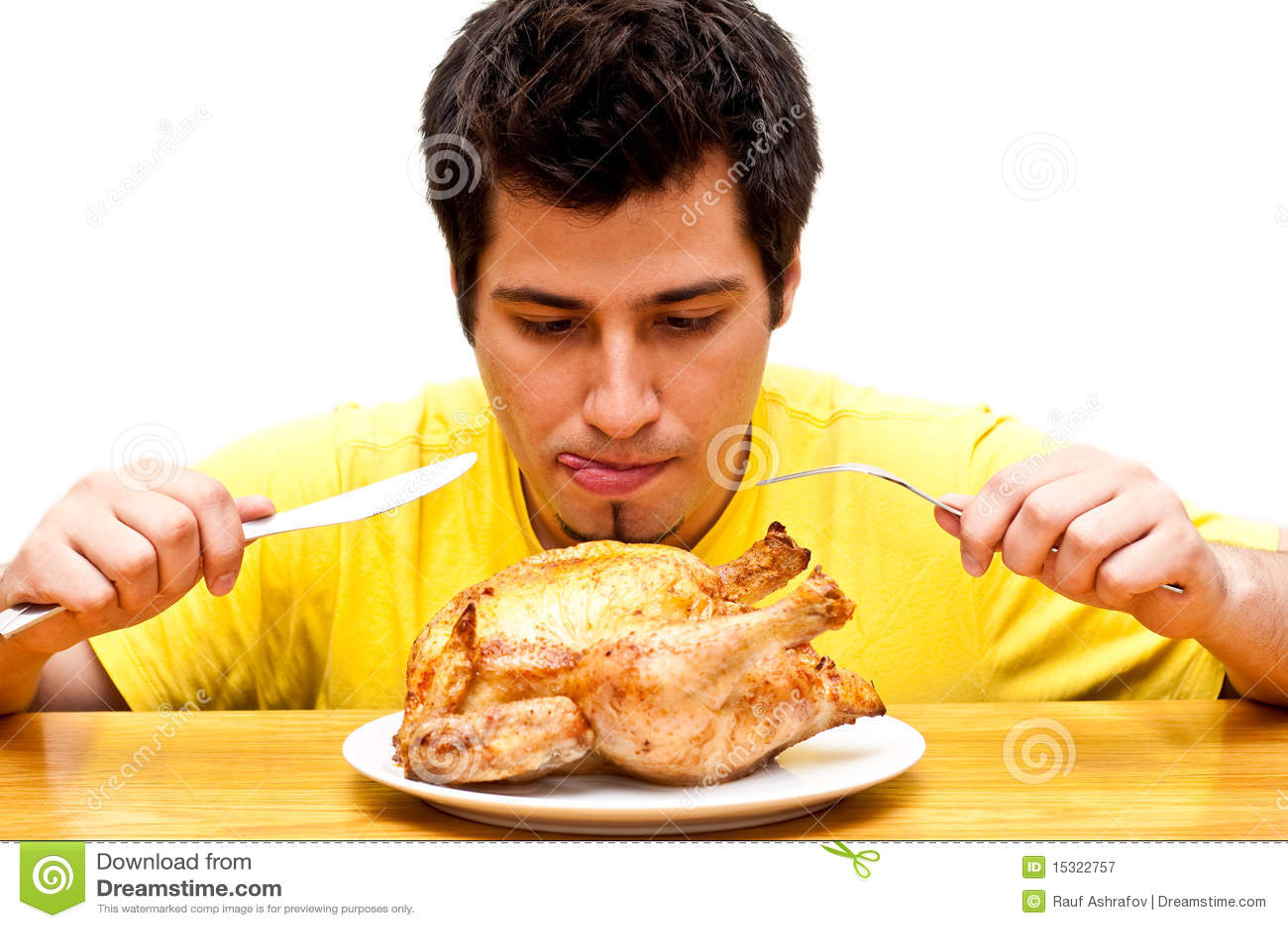 Hombre joven hambriento que espera para comer el pollo for Q hago de comer
