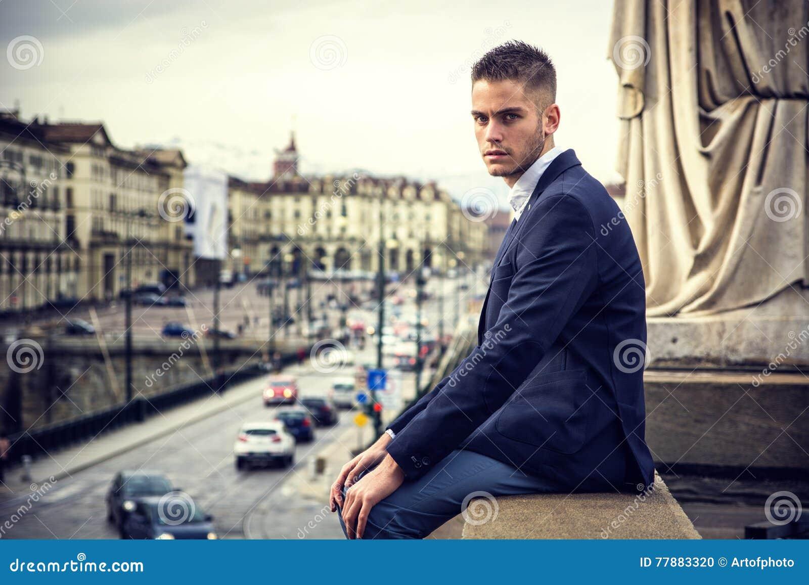Hombre Joven Hermoso Al Aire Libre En Chaqueta Y Camisa Foto de archivo