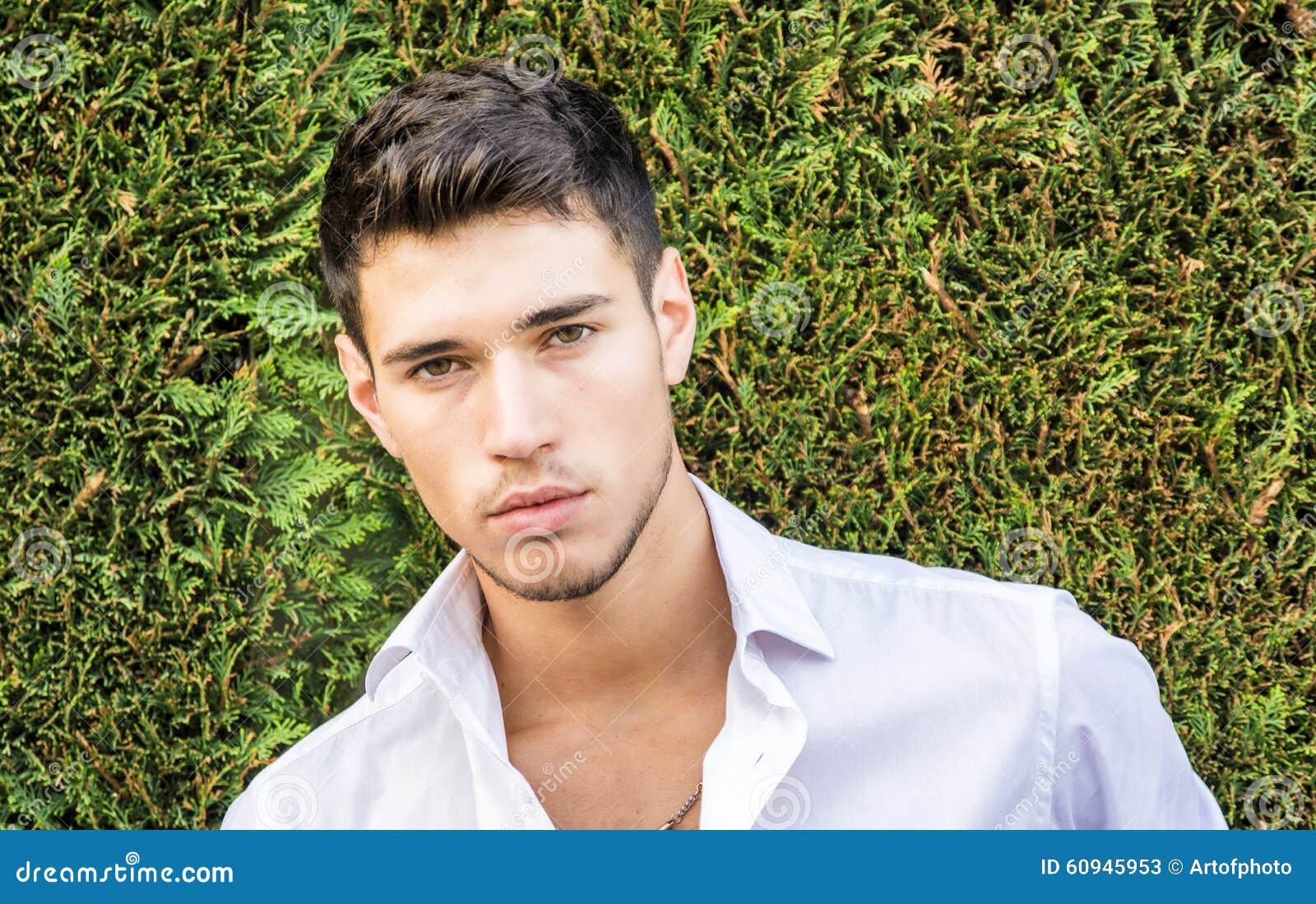 Hombre joven hermoso en traje de negocios elegante